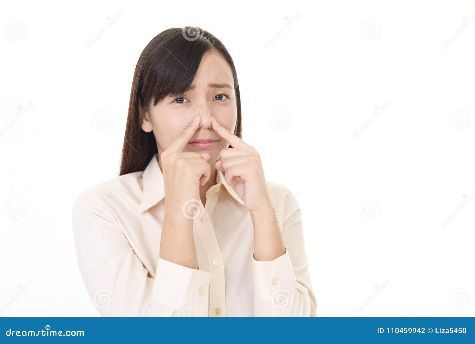 Hon näsan klämmer kvinnan