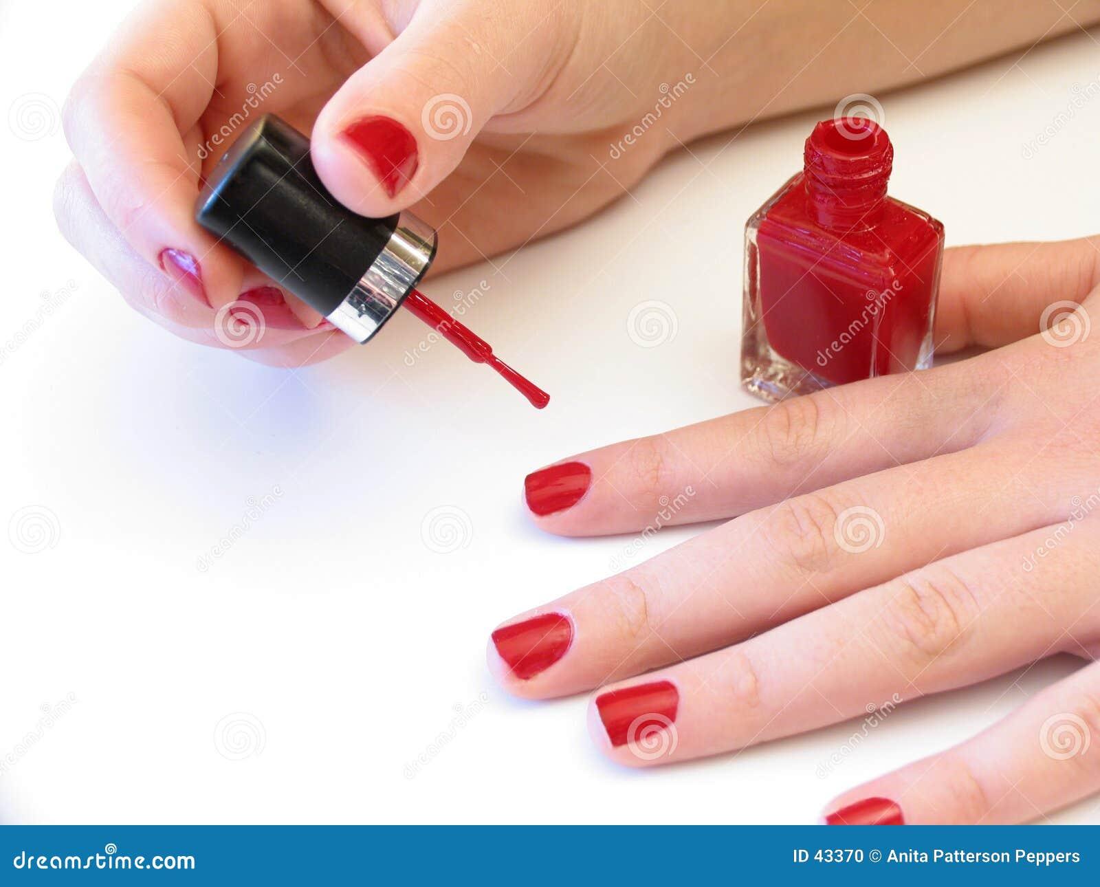 Hon spikar målningen