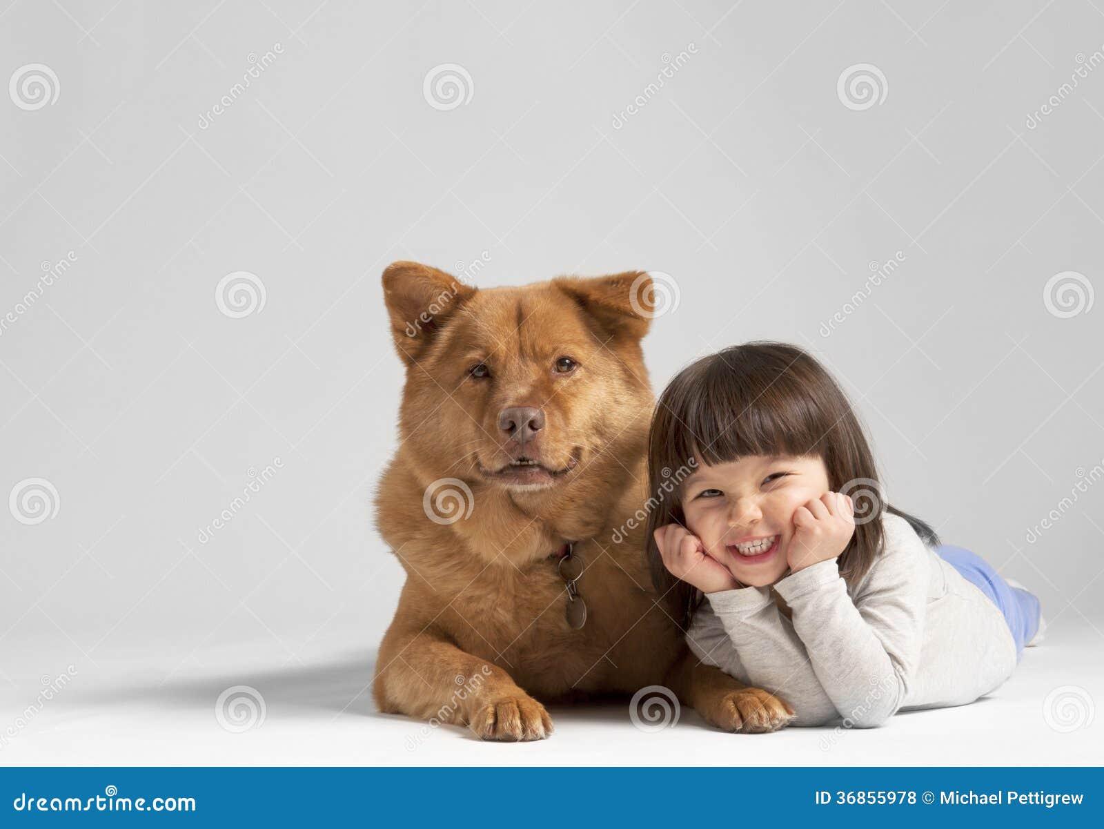 Hond met vrolijk kind