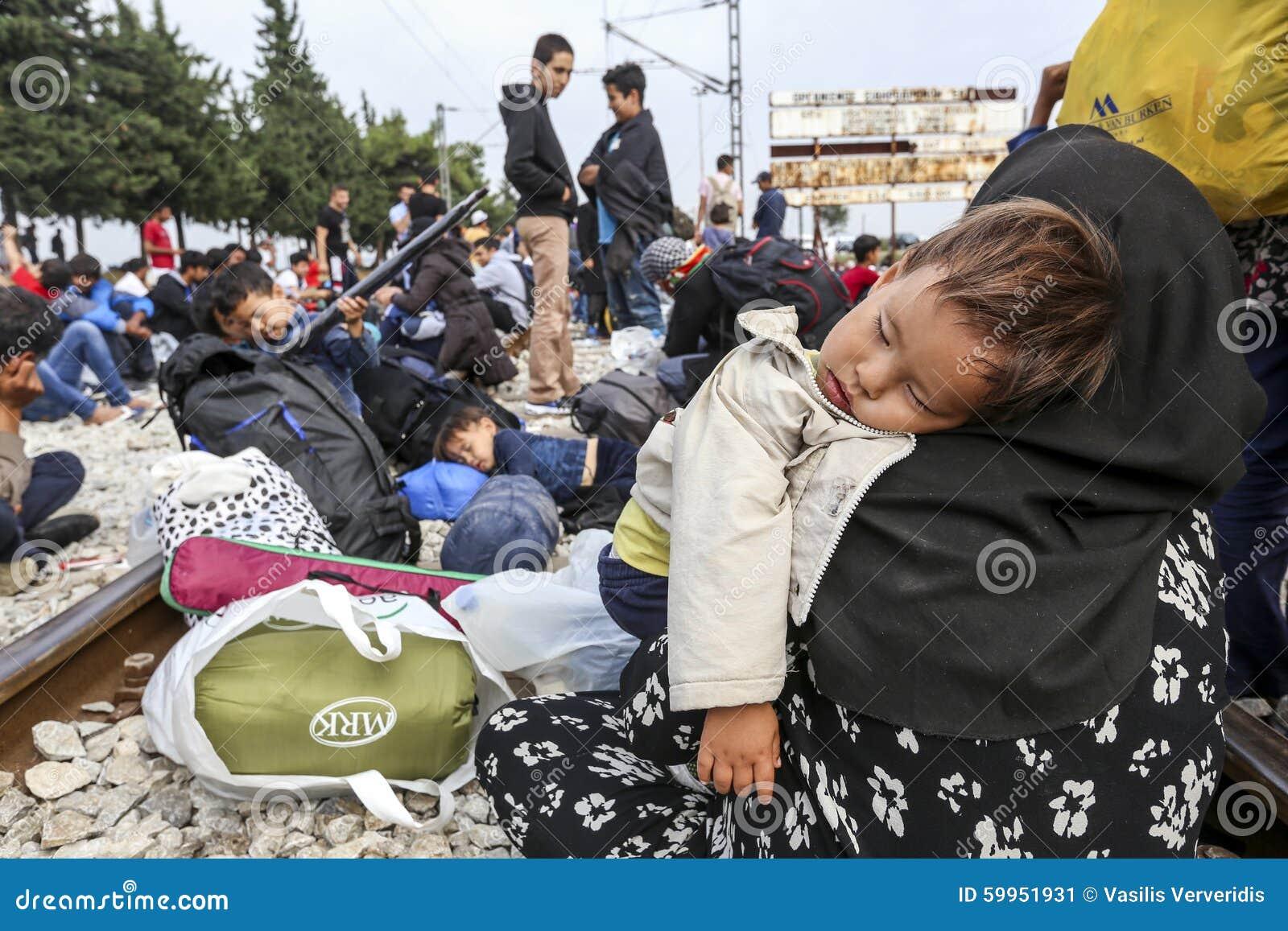 Honderden immigranten zijn in een wachttijd bij de grens tussen Greec