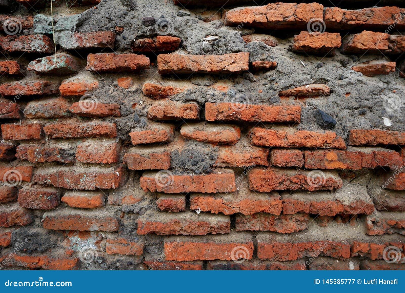 Honderden jaren oude rode bakstenen muren zijn nog intact en duurzaam