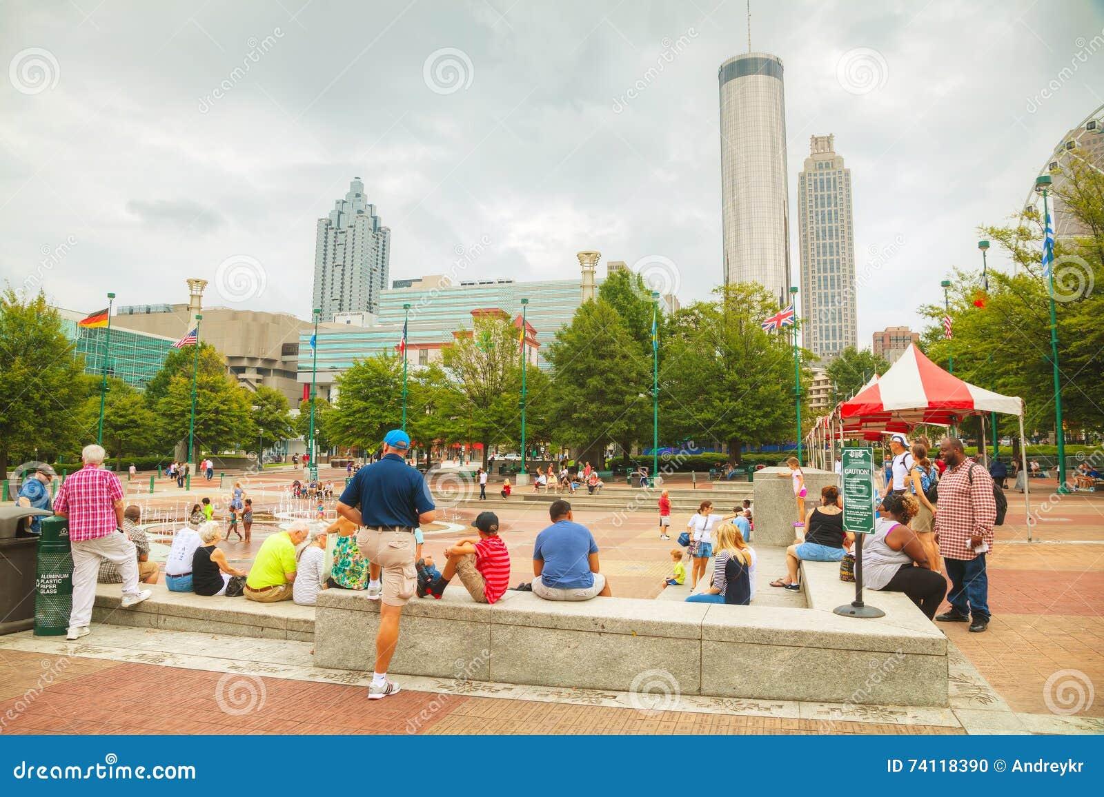 Honderdjarig Olympisch park met mensen in Atlanta, GA