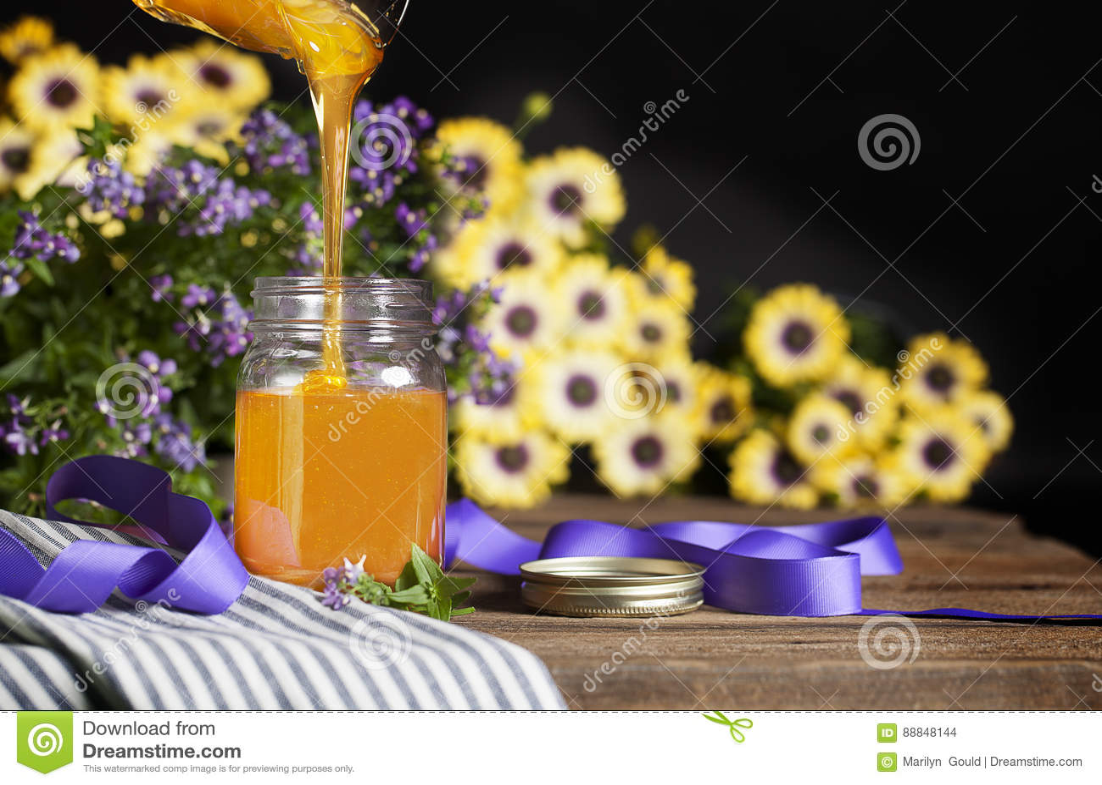 Honey Filling Glass Jar