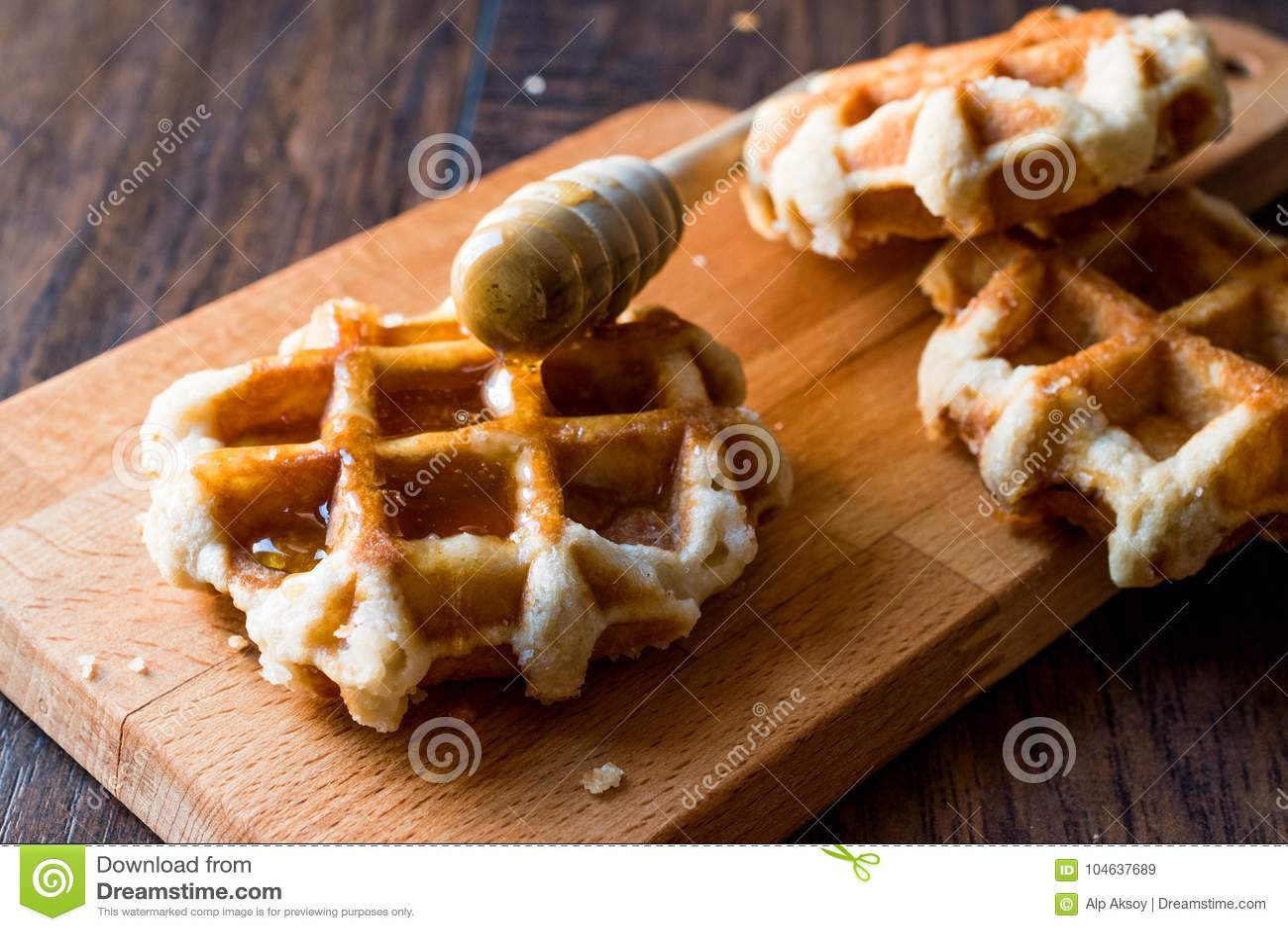 Download Honey Pouring Op De Wafels Van België Stock Afbeelding - Afbeelding bestaande uit heerlijk, gebakje: 104637689