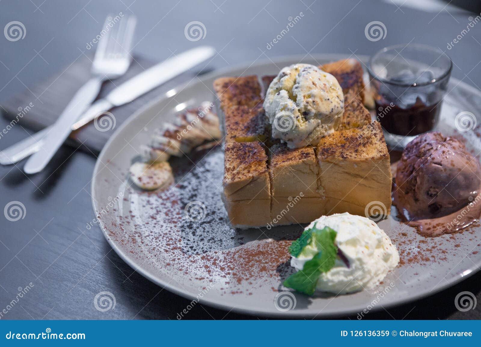 Honey Toast em uma tabela de madeira