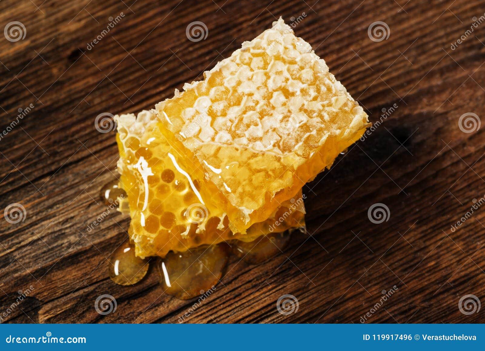 Honeycomb z miodem na drewnianym stole