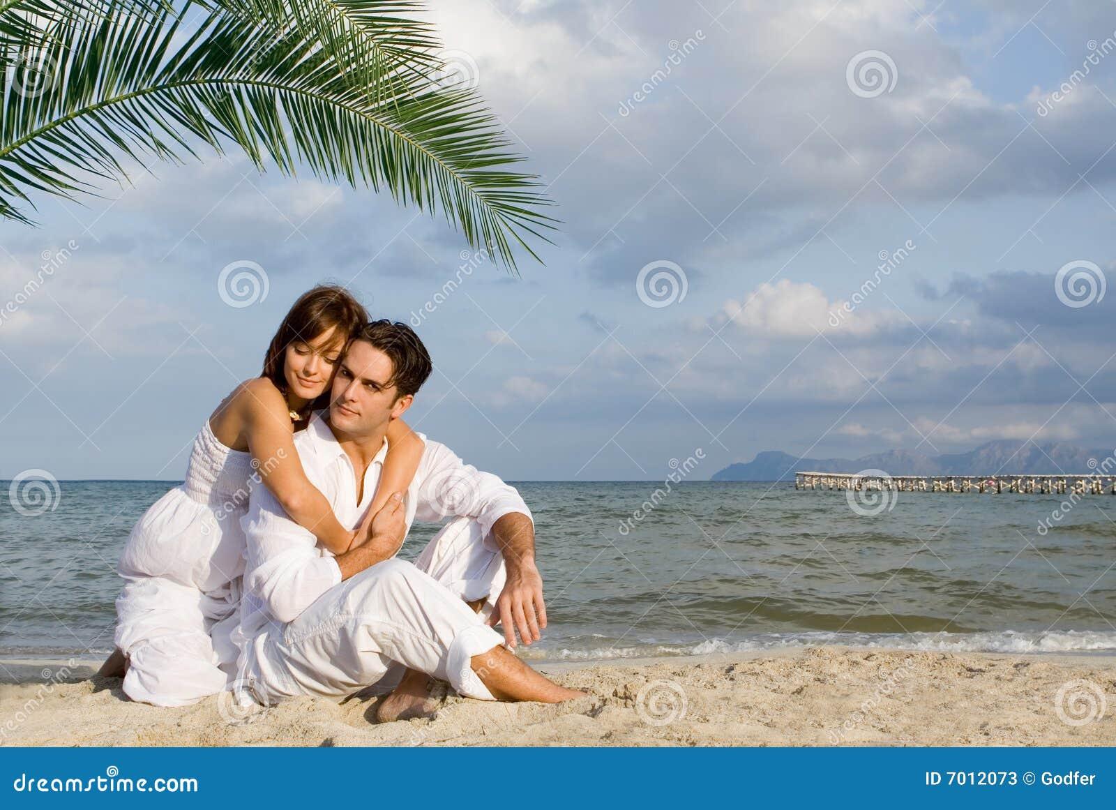 Пара влюбленных на пляже фото