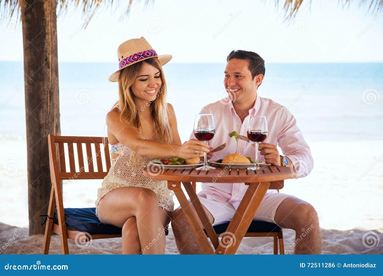 Honeymooners che si divertono alla spiaggia
