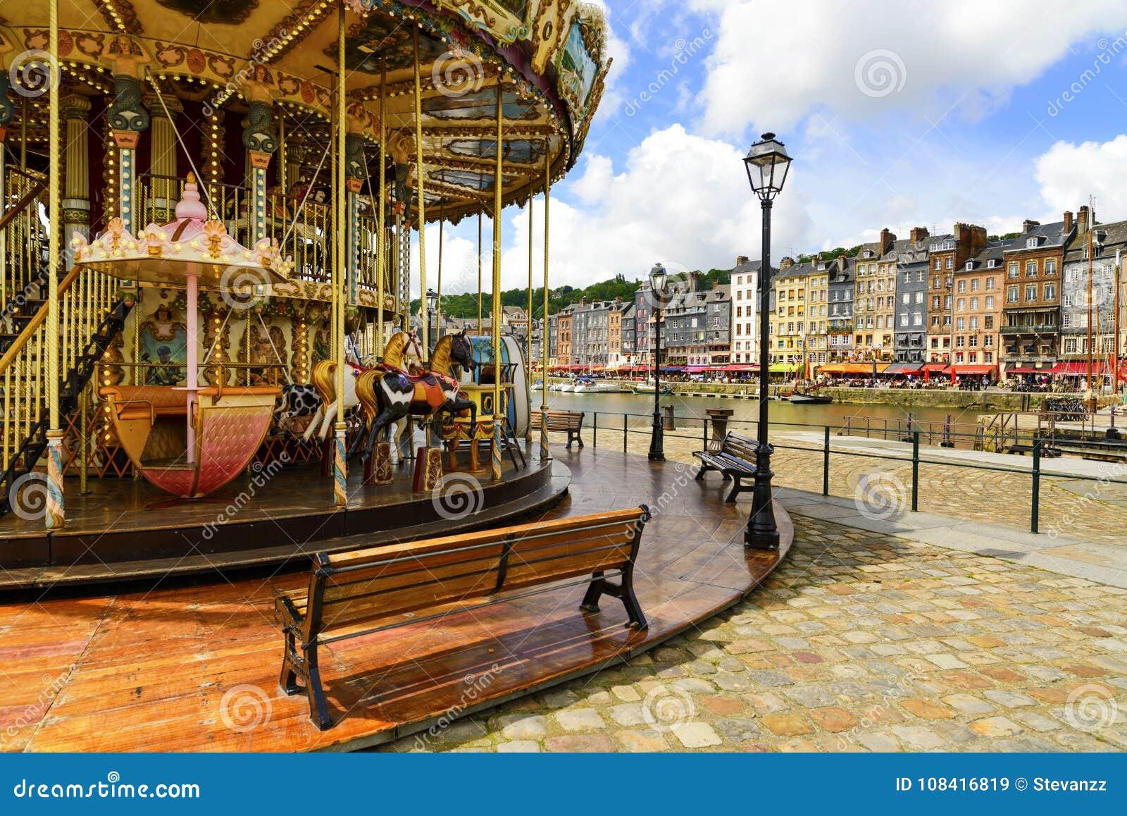 HONFLEUR NORMANDIE/FRANKRIKE - MAJ 23, 2013: Karusell i gammal vill