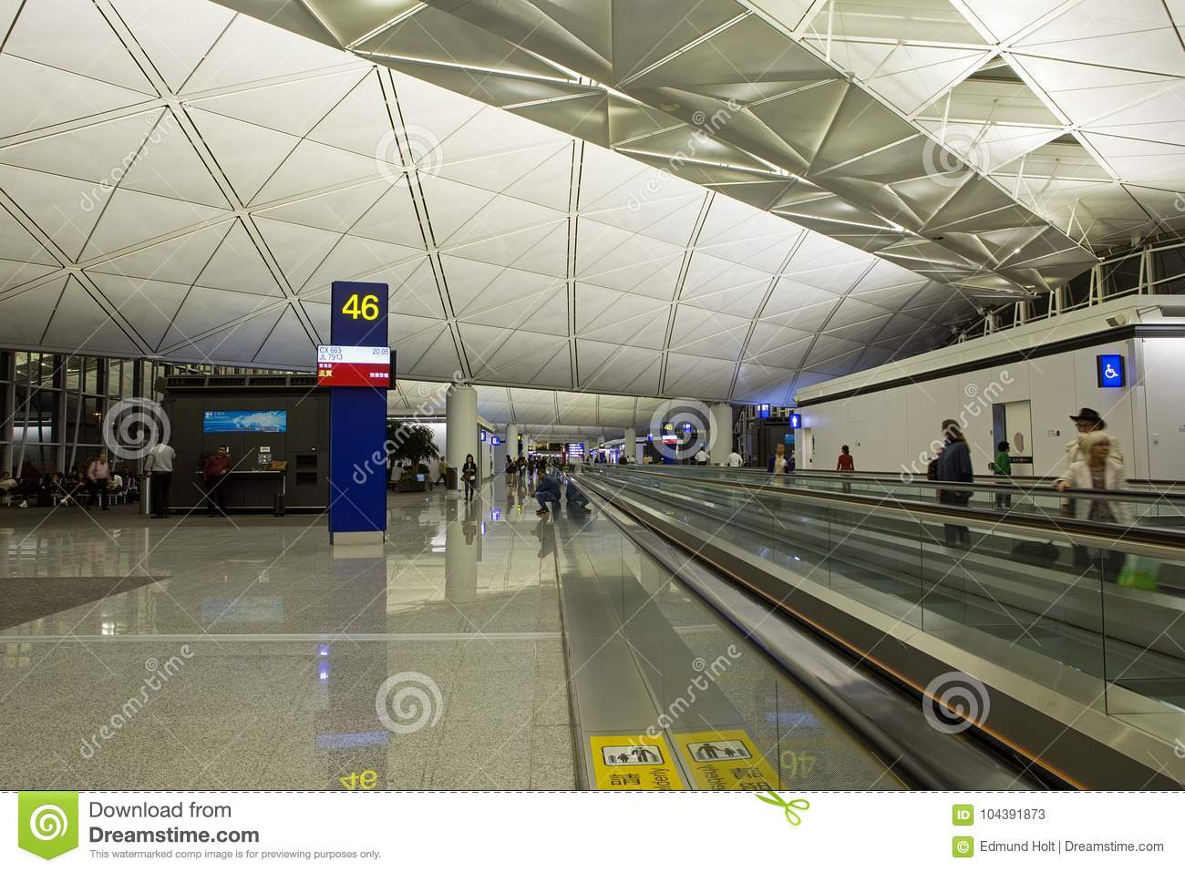 hong kong airport departures travelator foto de archivo. Black Bedroom Furniture Sets. Home Design Ideas
