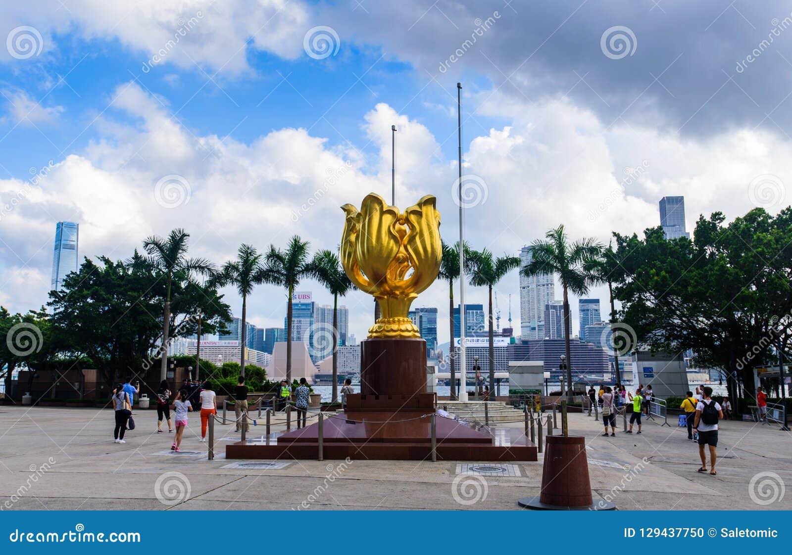 Hong Kong - 9. August 2018: Goldenes Bauhinia-Quadrat in Hong Kong