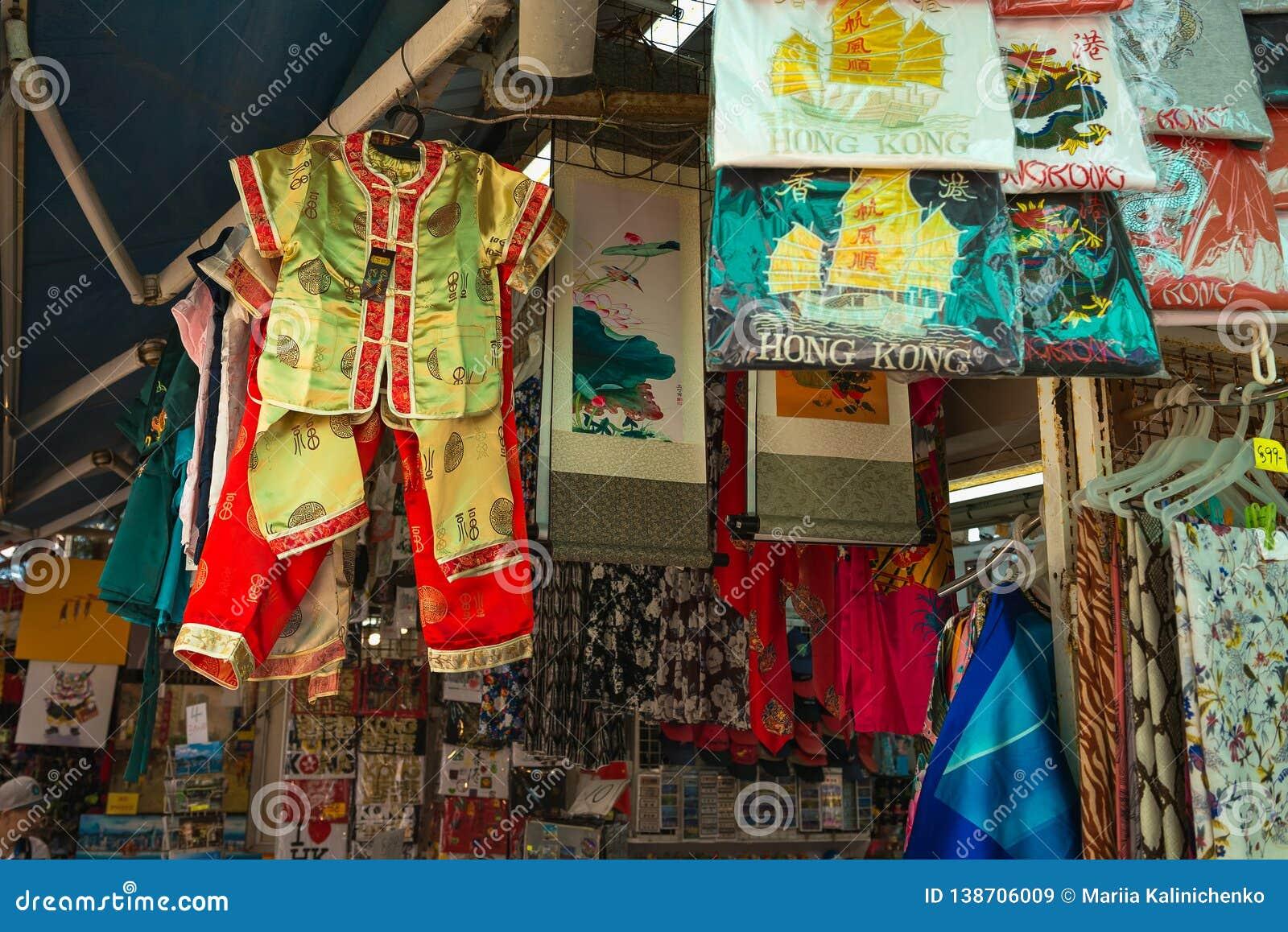 HONG KONG, CHINA - 1º de novembro de 2017 Roupa e lembranças na loja em Stanley Market, destino famoso do turista em Hong Kong