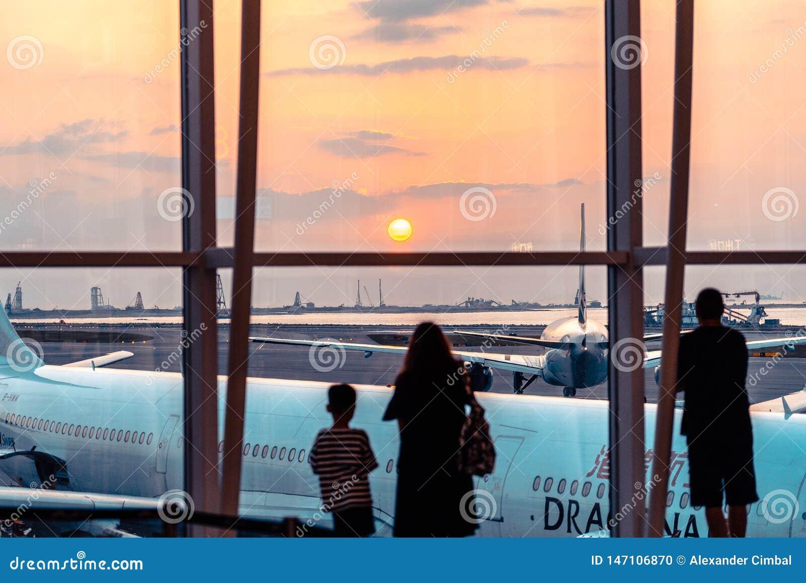 Hong Kong, Chine - passagers observant le coucher du soleil sur le terminal de départ