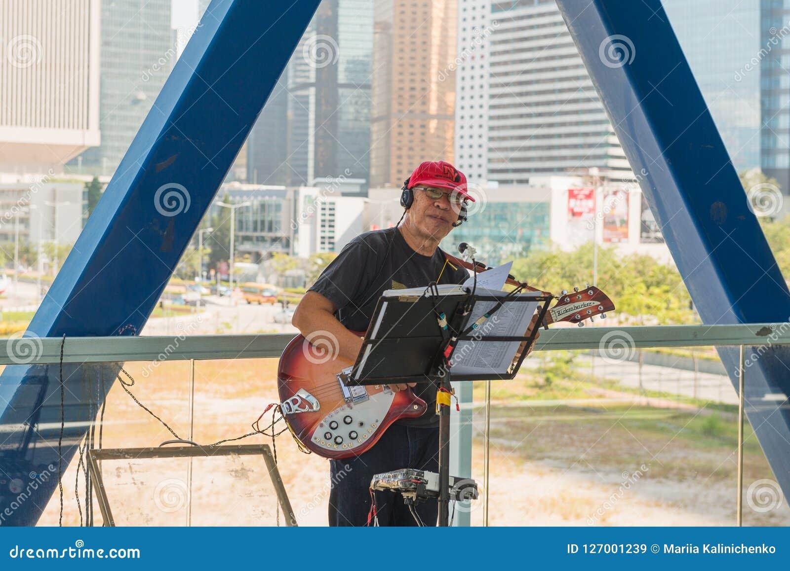 HONG KONG CHINY, Listopad, - 01 2017 Uliczny muzyk w Hong Kon