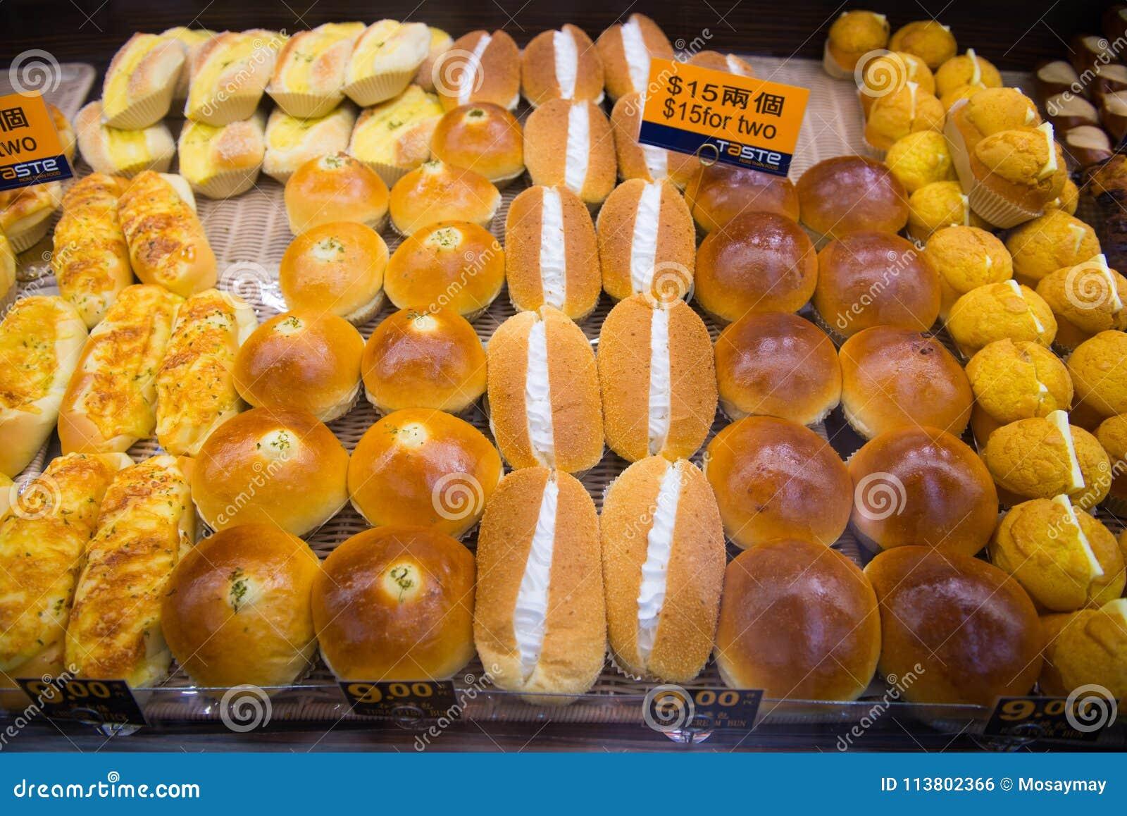 Hong Kong - 11 de enero de 2018: Diverso pan fresco en los estantes