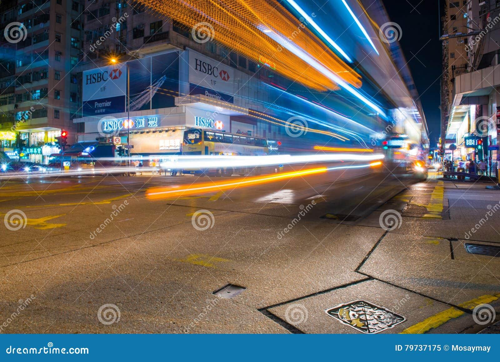 Hong Kong - 22 de septiembre de 2016: Coche en el camino en Hong Kong