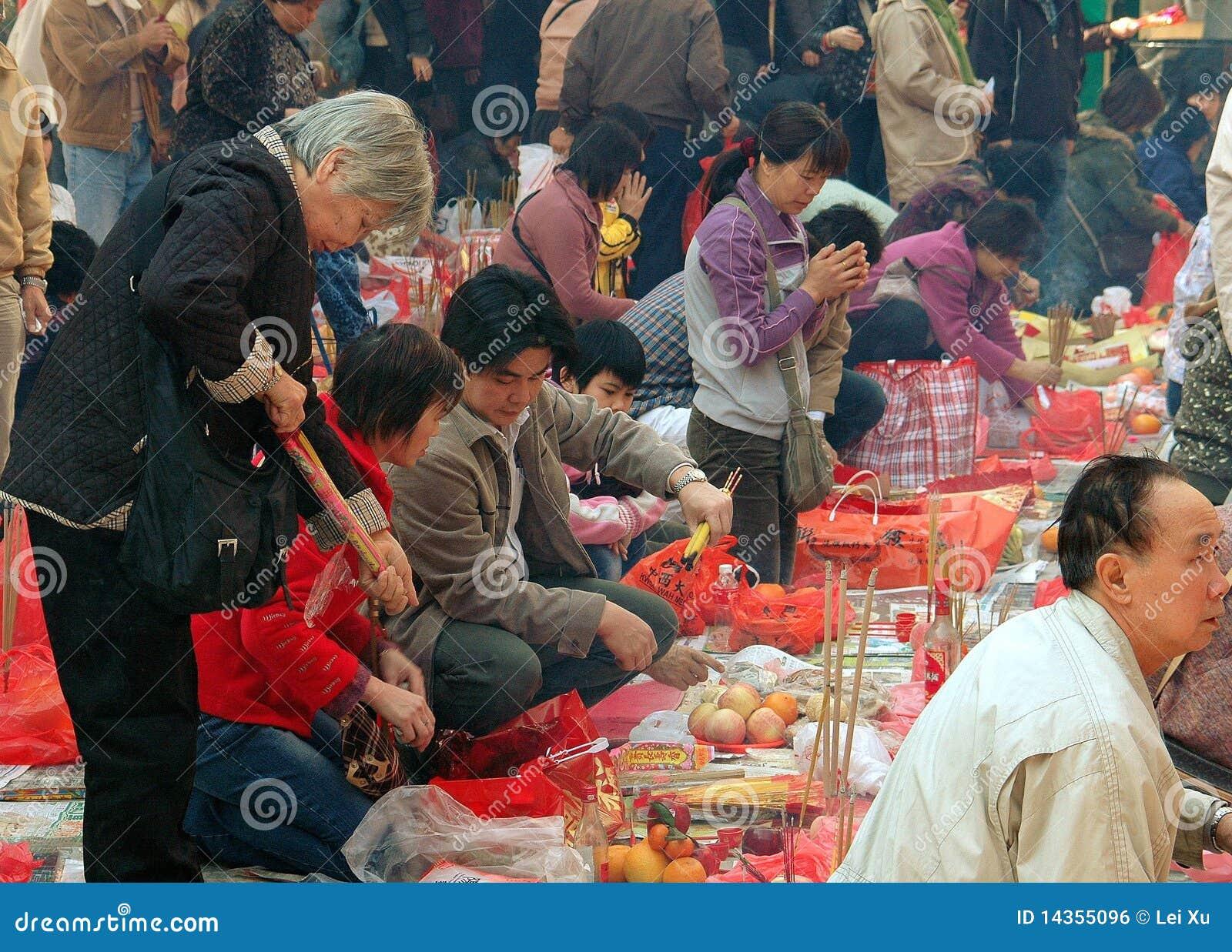 Hong Kong: Leute, die am Tempel beten