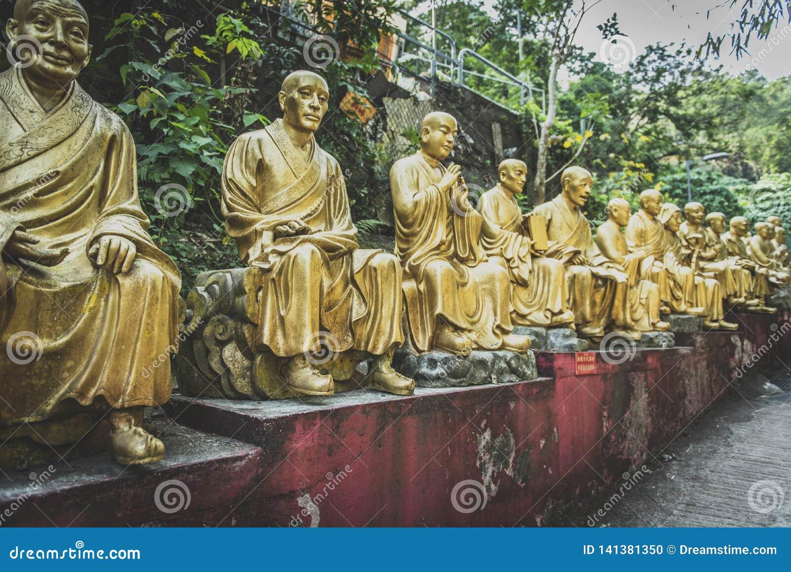 Hong Kong, Listopad 2018 - dziesięcia tysięcego Buddhas monasteru mężczyzny sadło Sze
