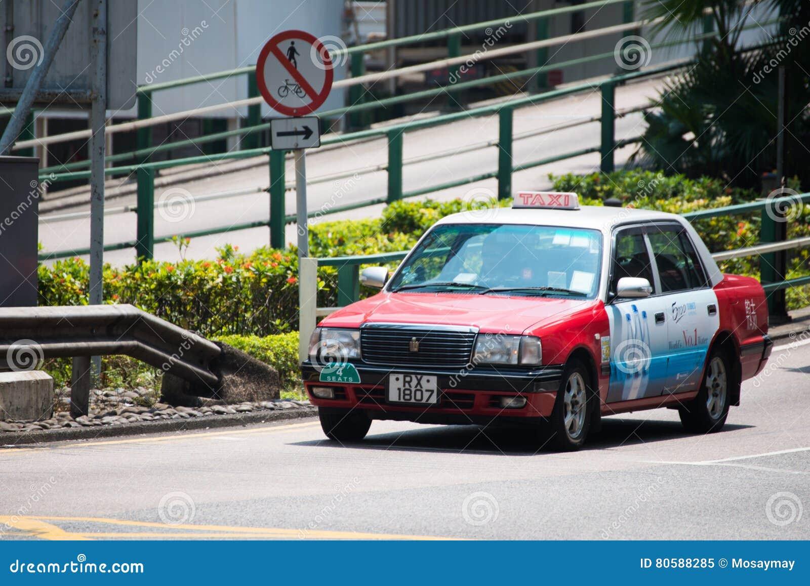Hong Kong - September 22, 2016: Röd taxi på vägen, Hong Kong `,