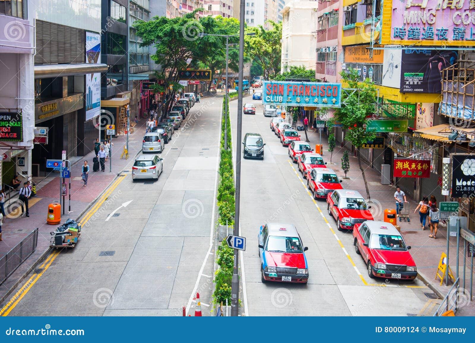 Hong Kong - 22. September 2016: Rotes Taxi auf der Straße, Hong Kong