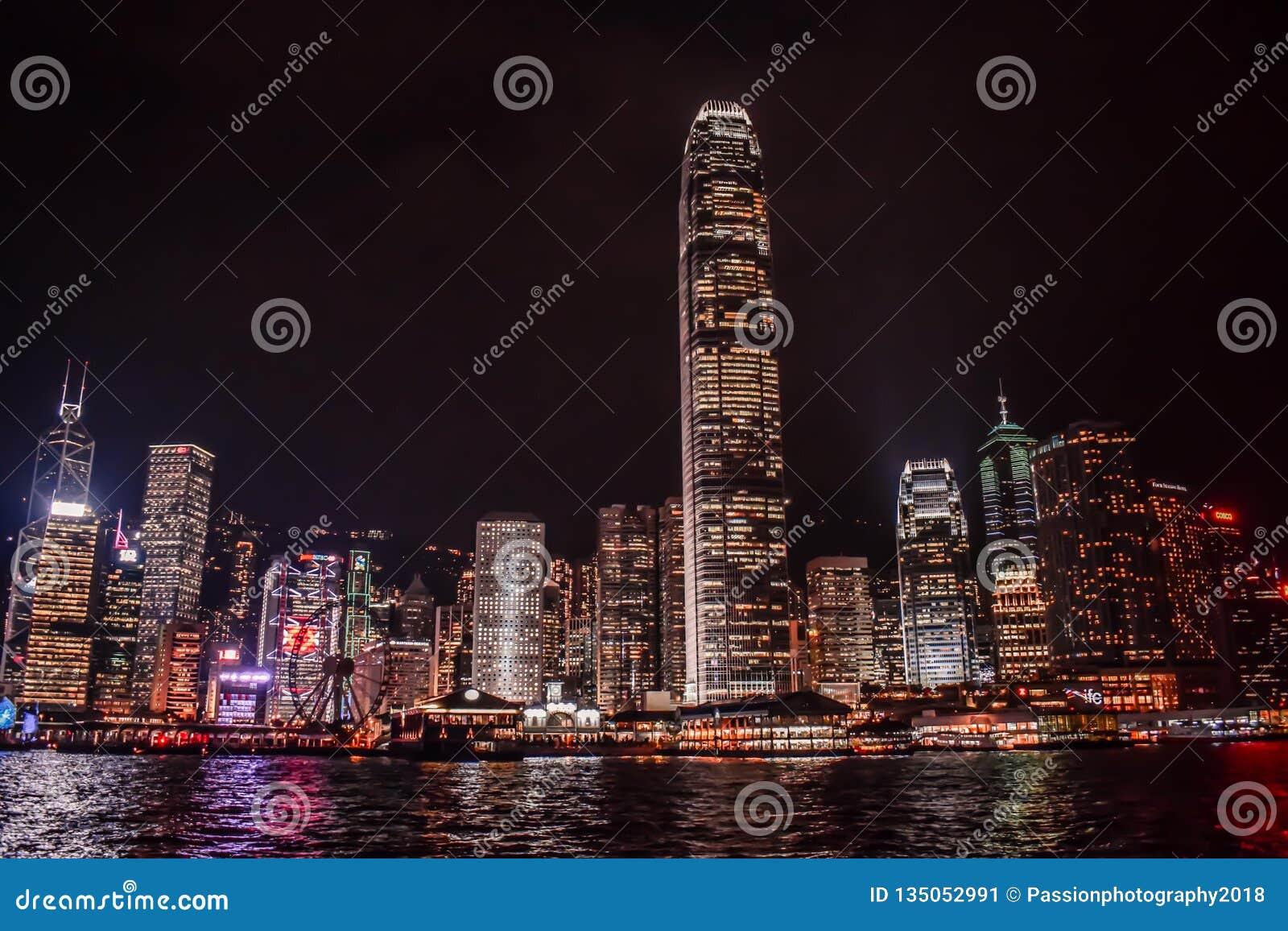 Hong Kong Skyline in het water van Victoria Harbour wordt weerspiegeld die