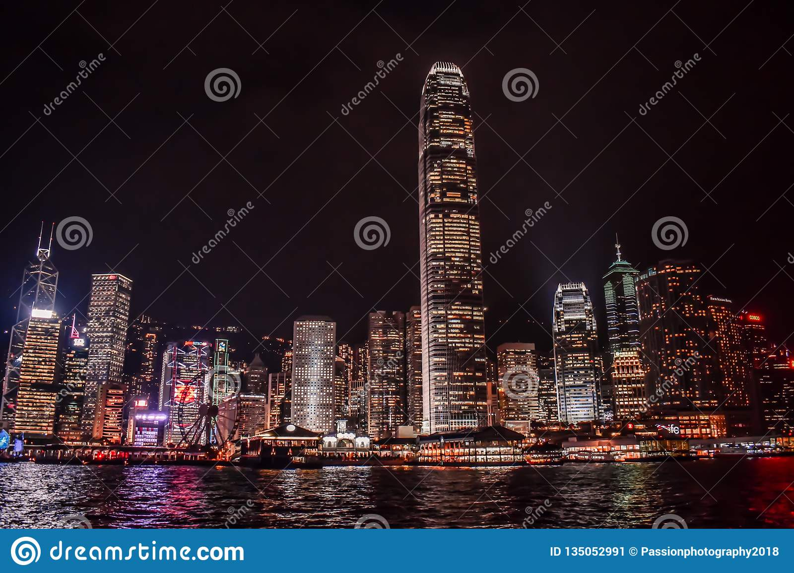 Hong Kong Skyline reflektierte sich im Wasser Victoria Harbours