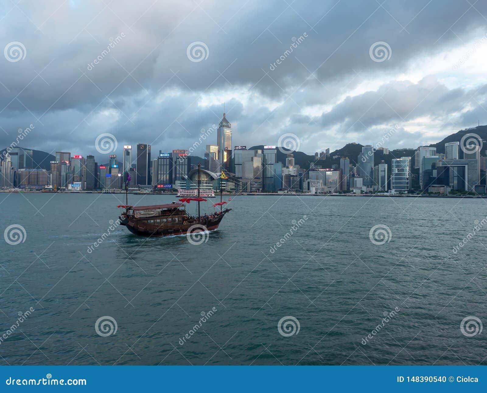 Hong Kong Skyscrapers visto do barco que cruza Victoria Harbour