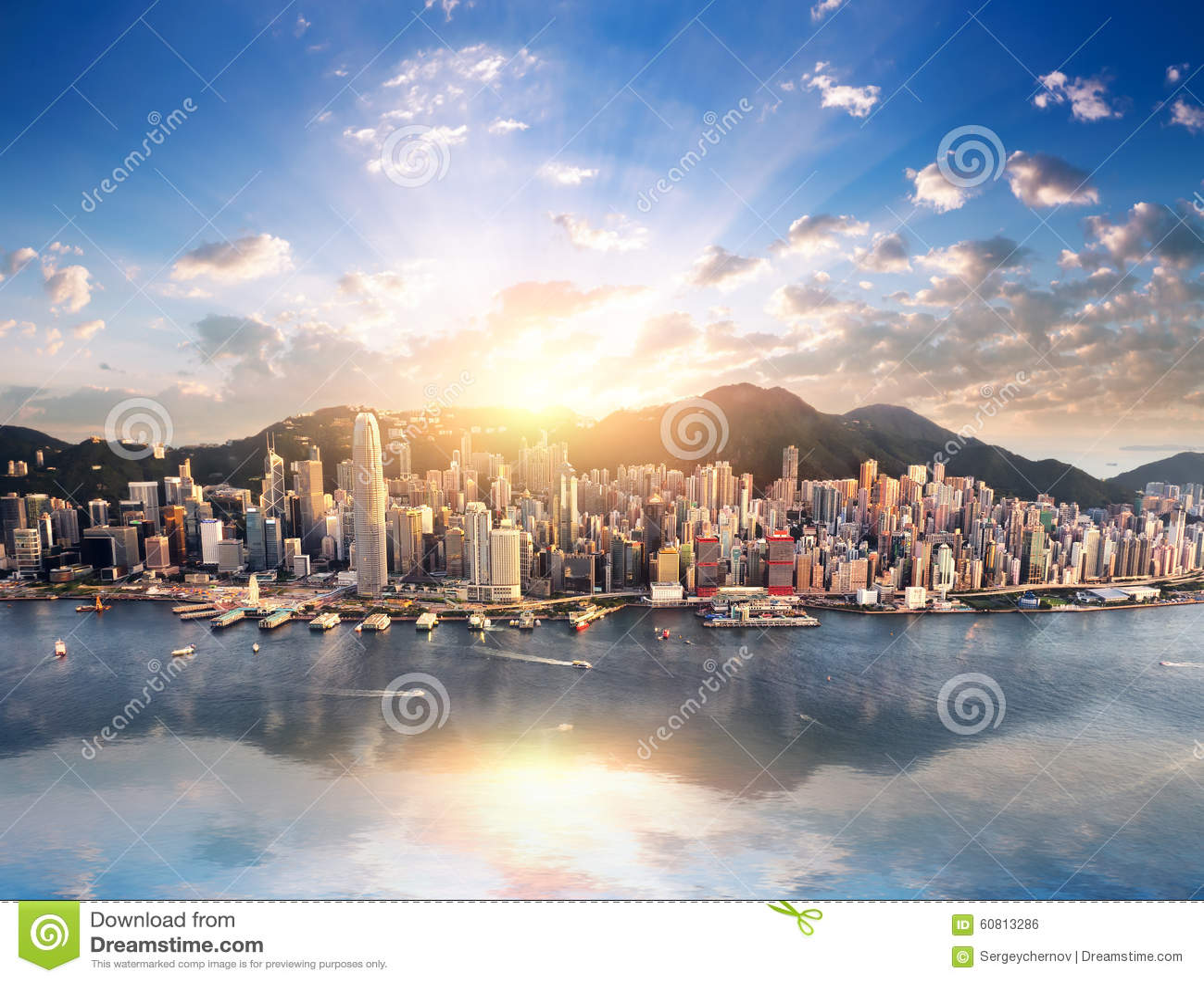 Hong Kong-Stadtskylineansicht vom Hafen mit Wolkenkratzern und Sonne
