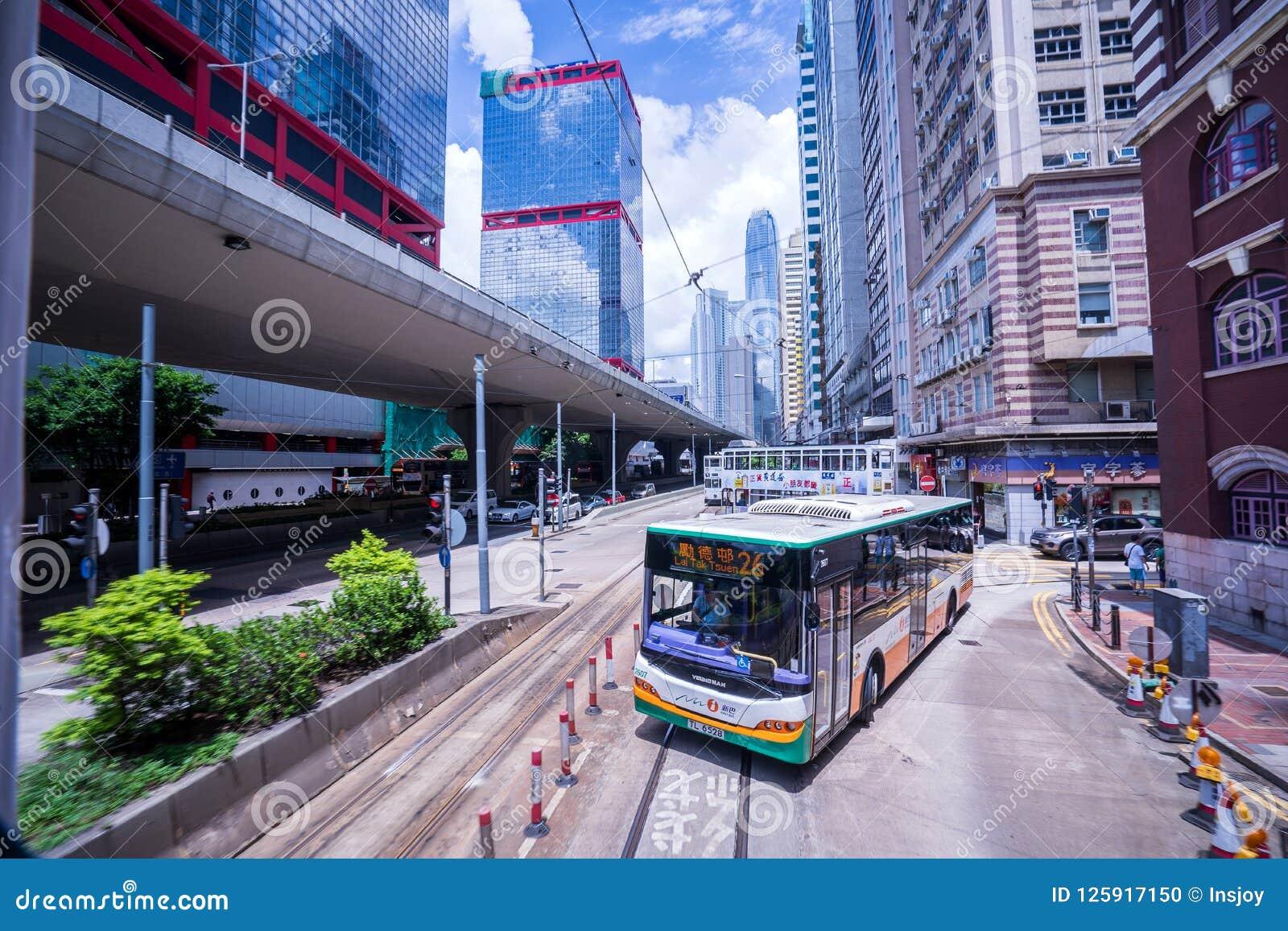 Hong Kong-tramsporen, de trams van Hong Kong ` s in twee richtingen in werking die worden gesteld die -- de Passagiers magere rug