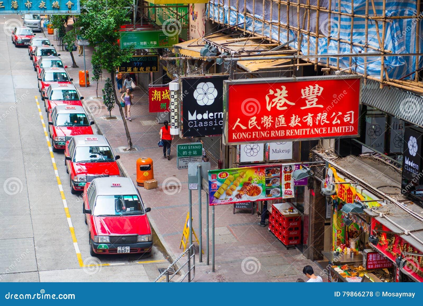 Hong Kong, Wrzesień - 22, 2016: Czerwony taxi na drodze, Hong Kong