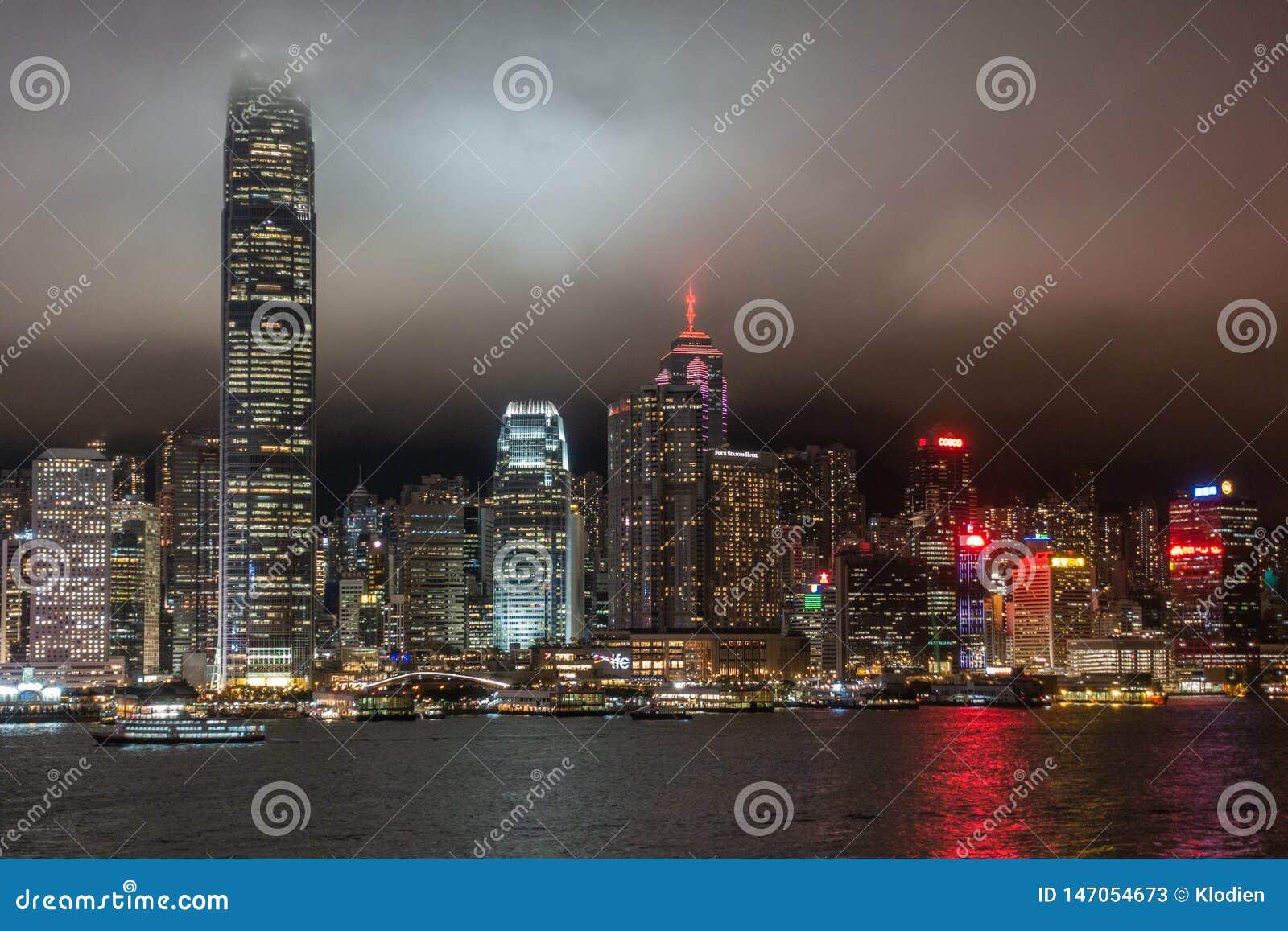 Hong Kong wyspy linia horyzontu podczas d?d?ystej nocy, Chiny