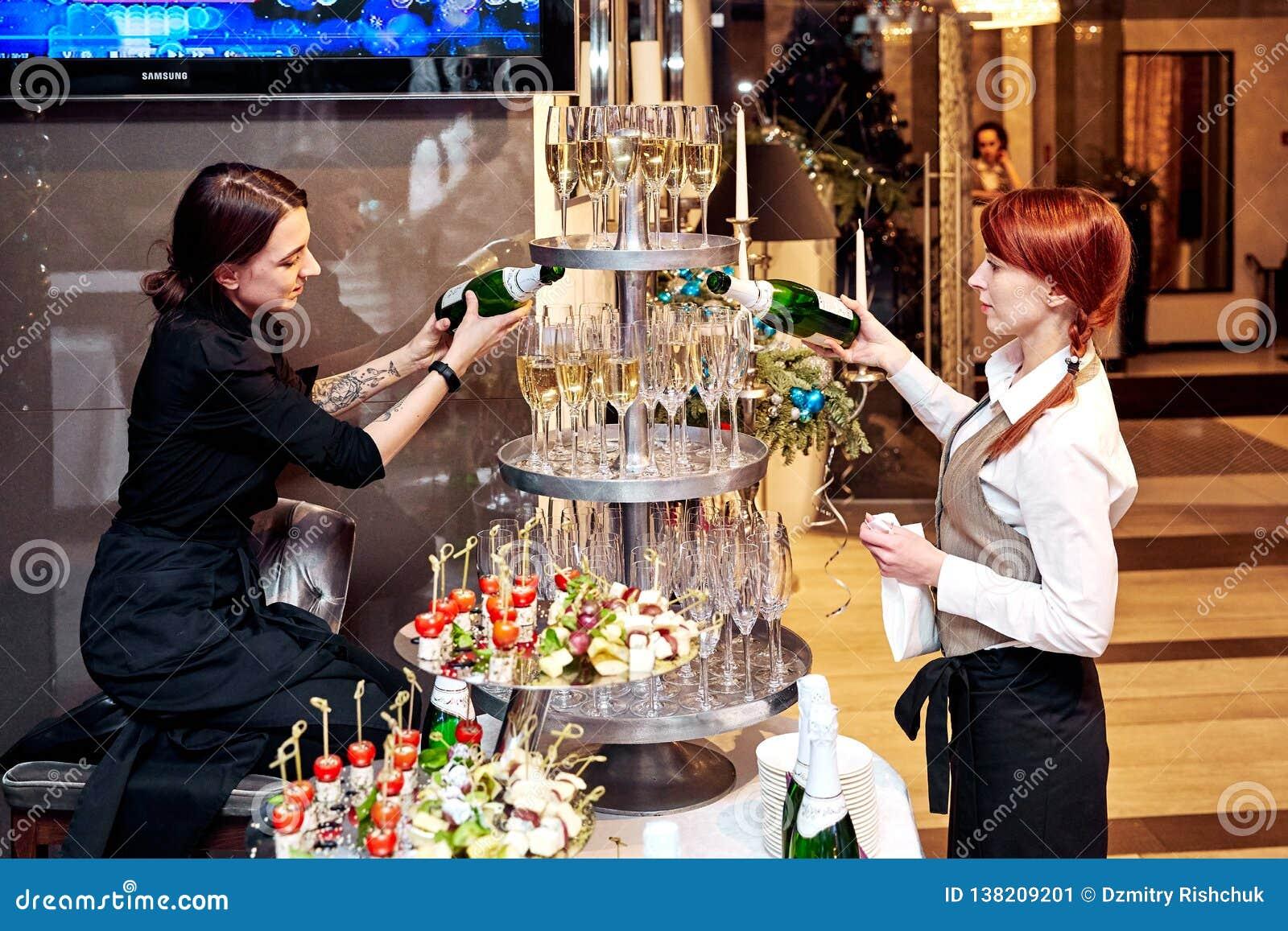 Hongarije Eger 05 April 2018 De kelner draagt een dienblad met dranken