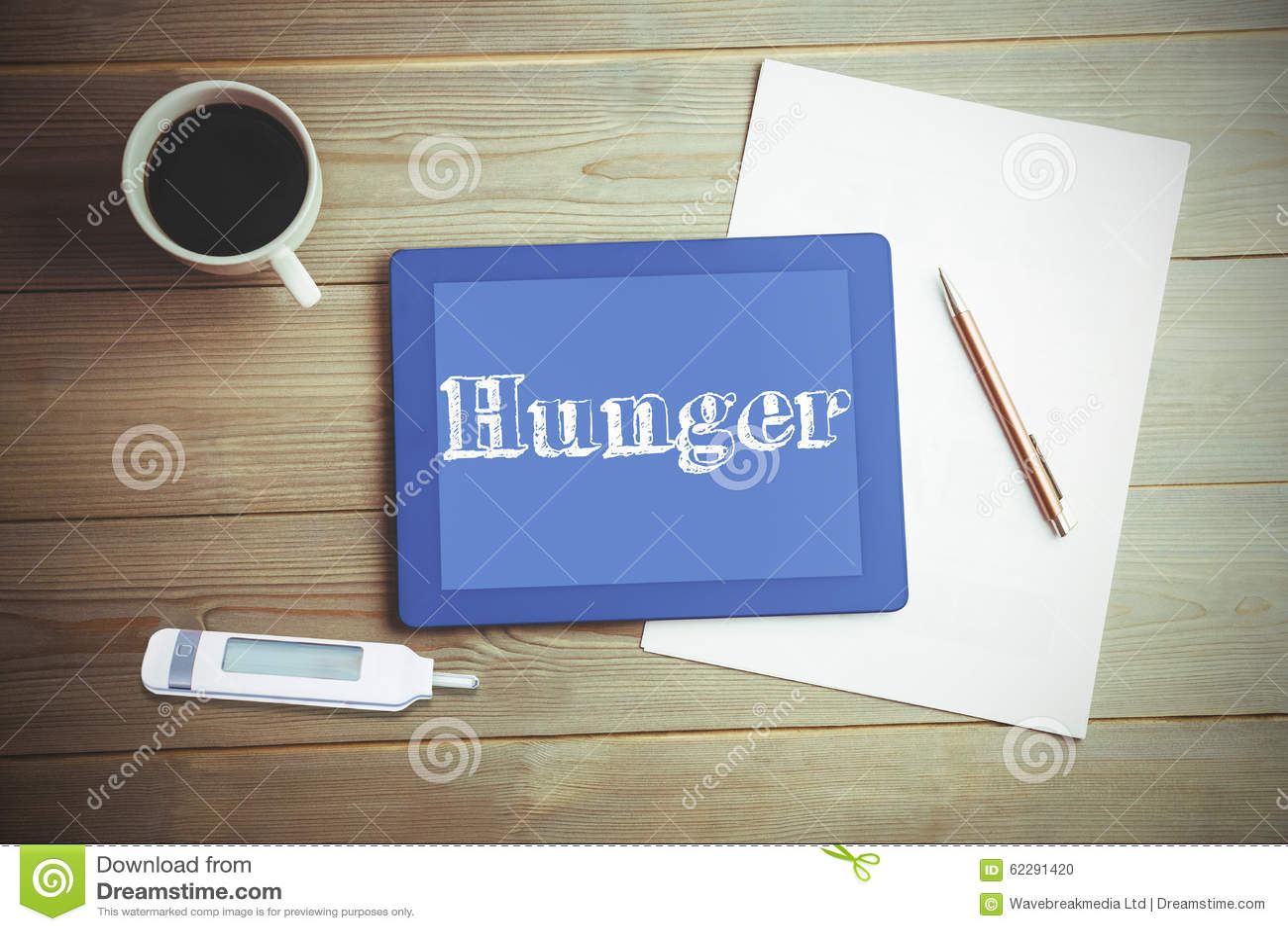 Honger tegen hoge hoekmening van digitaal tablet en document met koffie