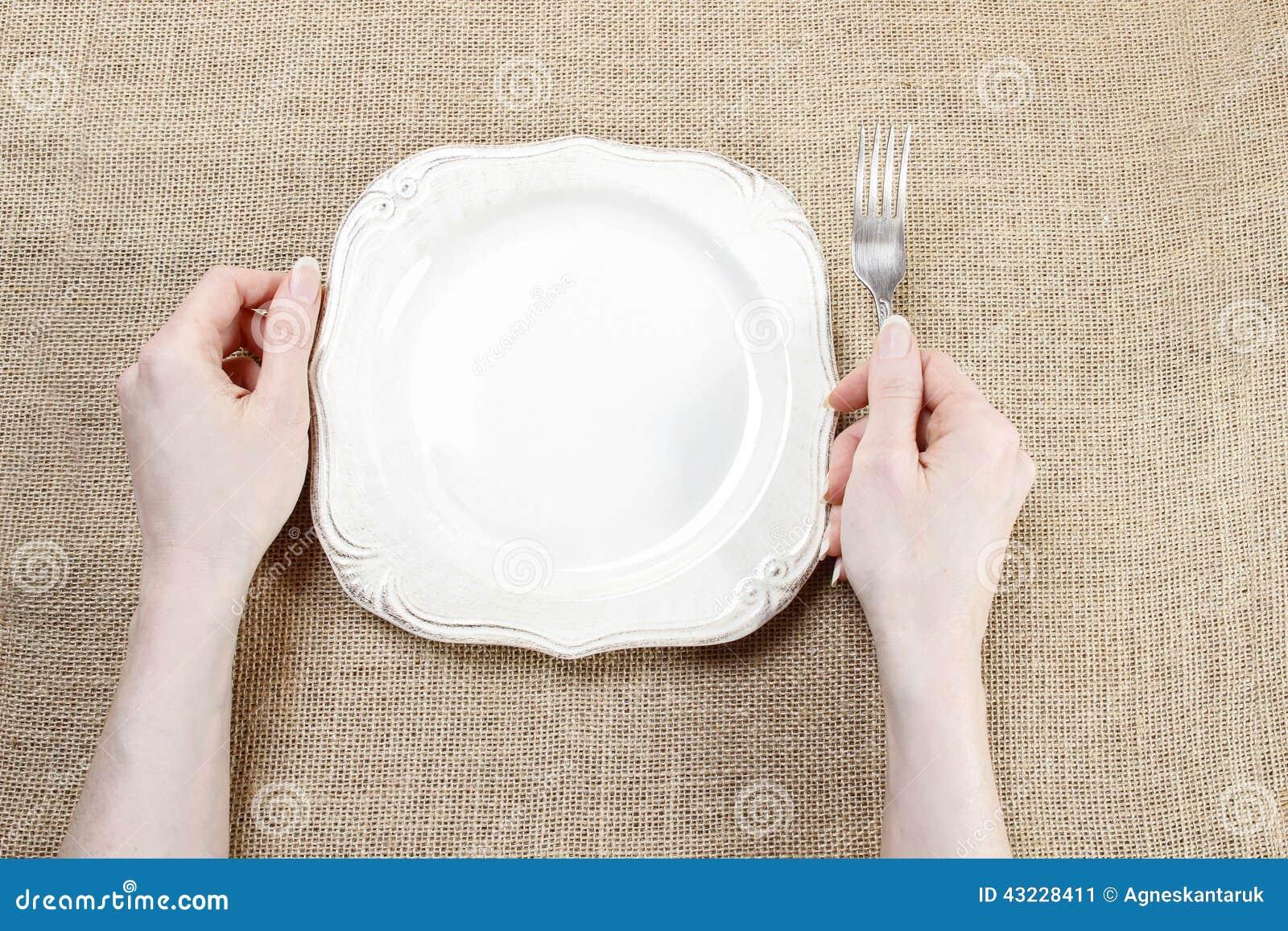 Hongerige vrouw die op haar maaltijd wachten