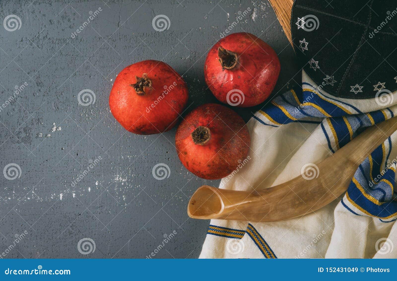 Honig und Äpfel auf jüdischem torah Feiertag Rosh Hashanah Buch, kippah ein yamolka talit