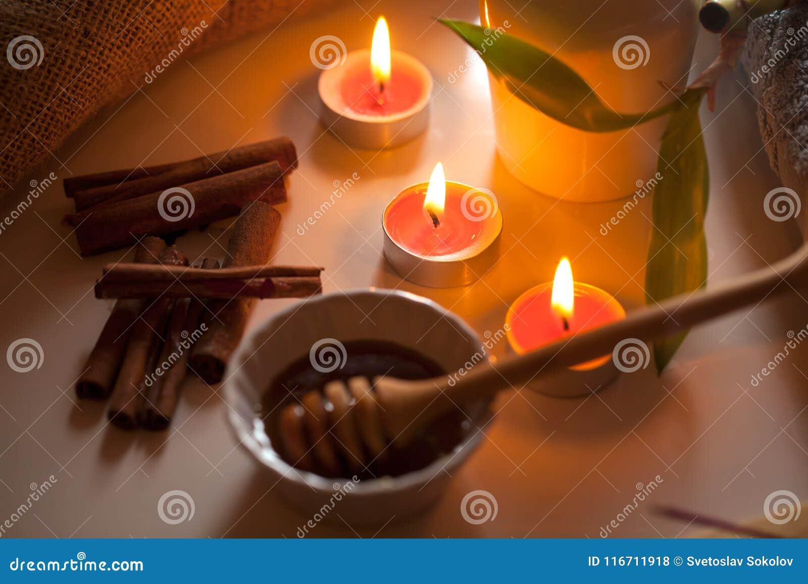 Honig und aromatische Kerzen auf Tabelle