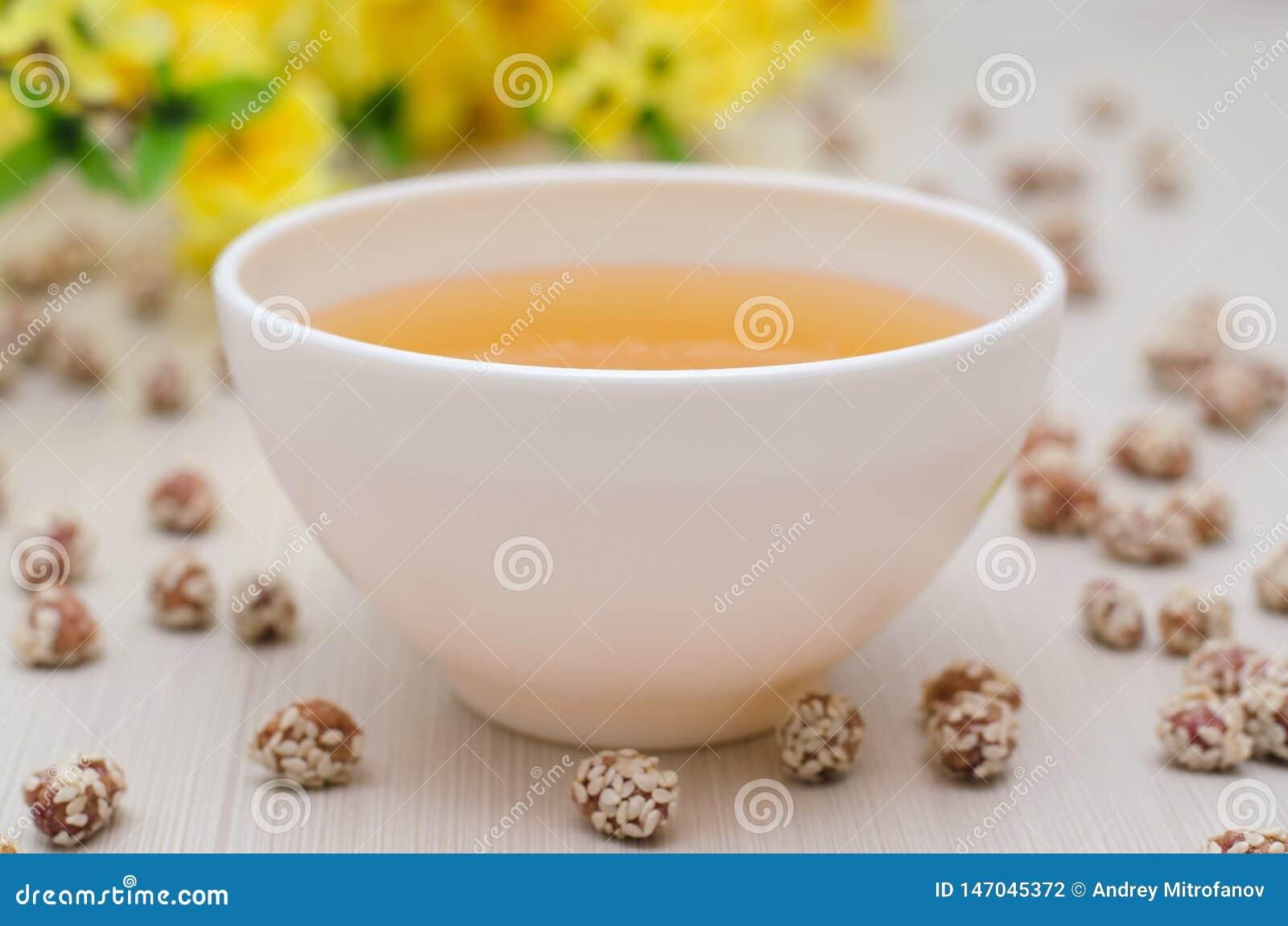 Honig und Erdnüsse mit Samen des indischen Sesams