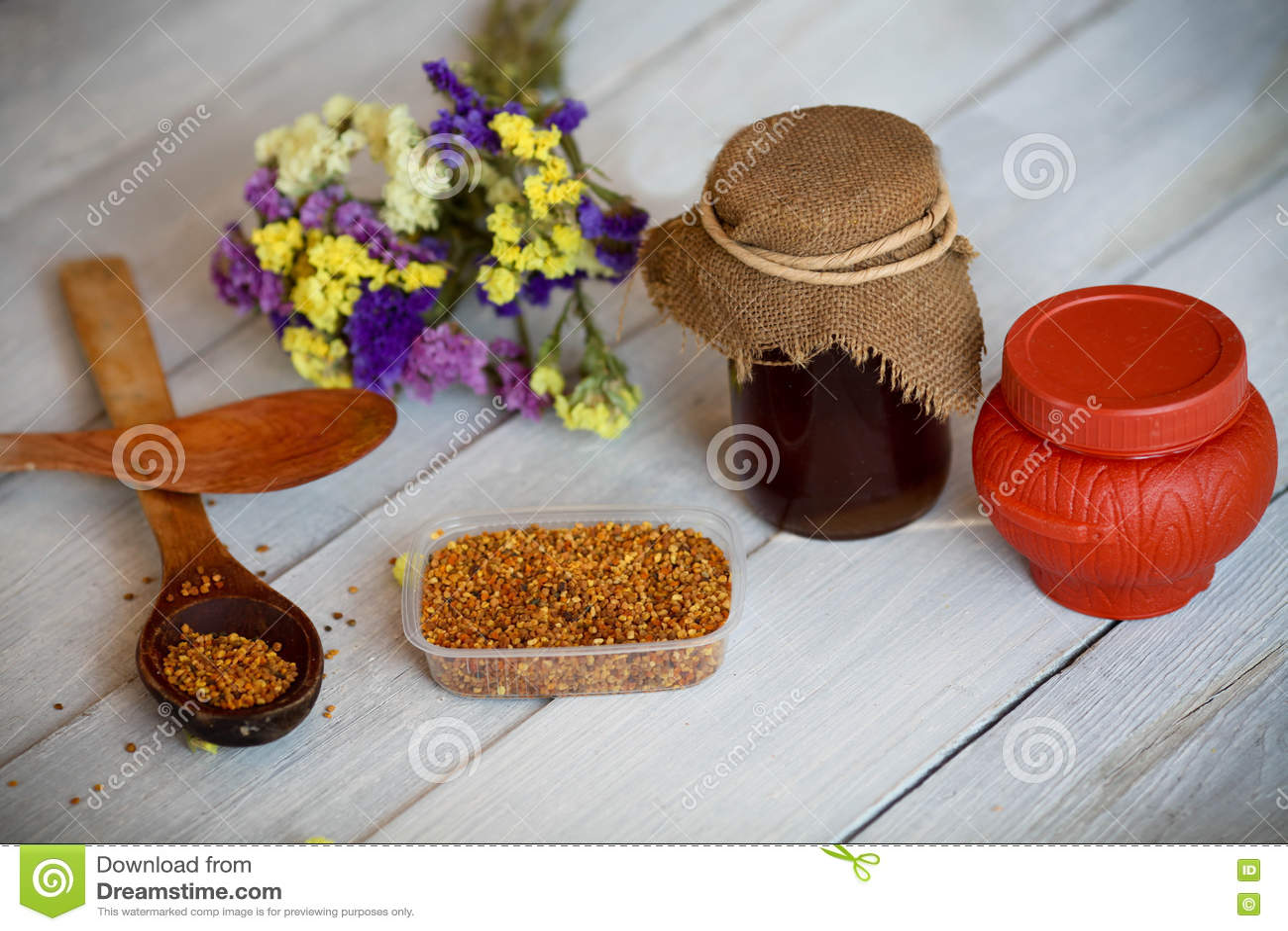Honing en bijenstuifmeel op een houten achtergrond