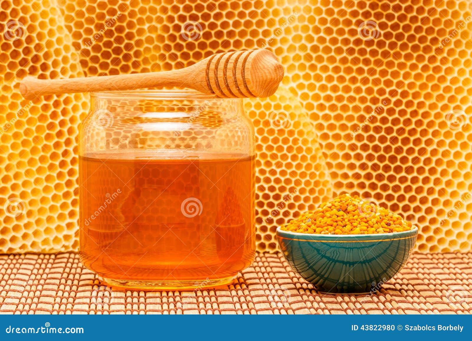 Honing in kruik met binnen dipper, honingraat en stuifmeel