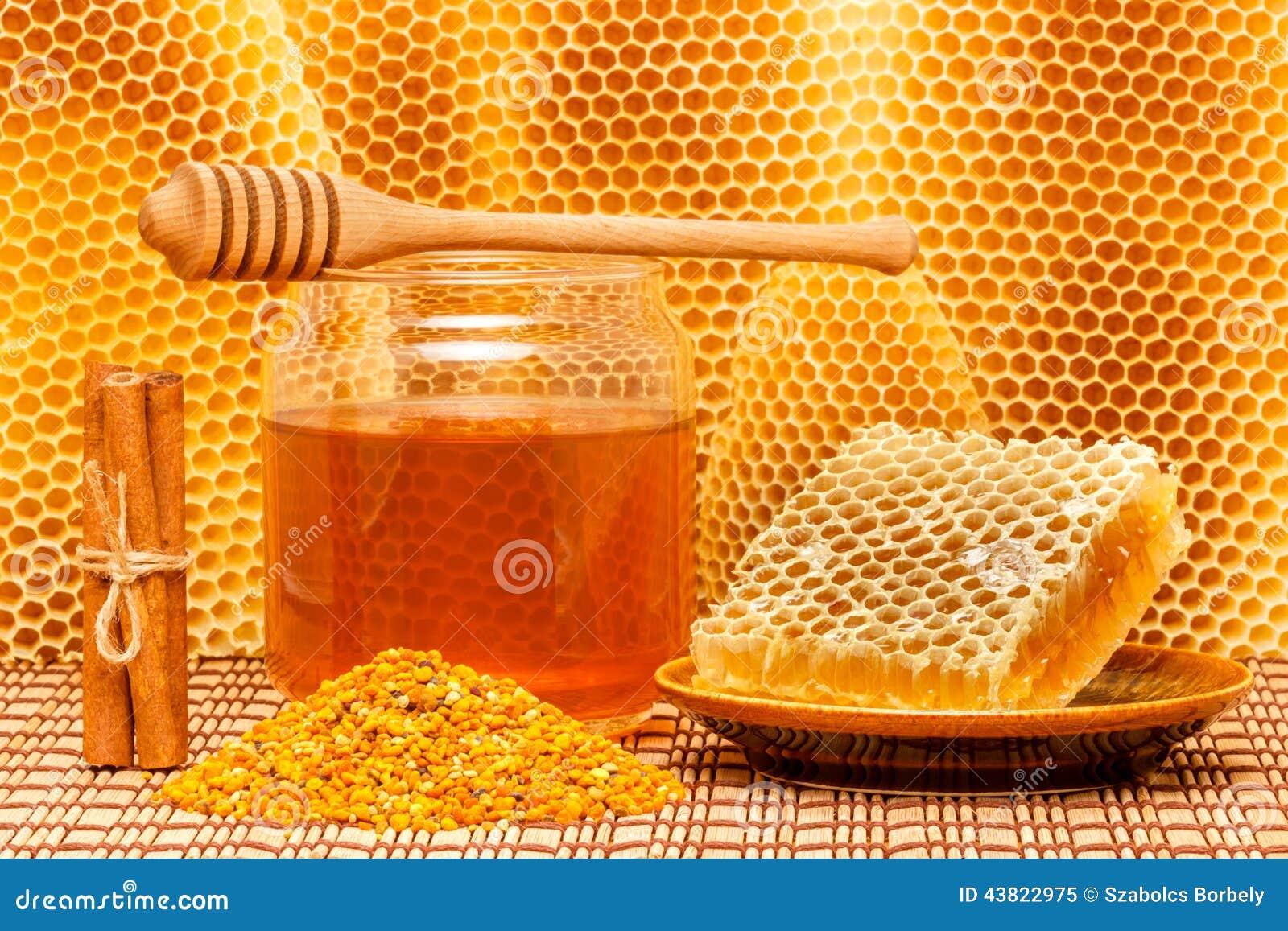 Honing in kruik met dipper, honingraat, stuifmeel en ci