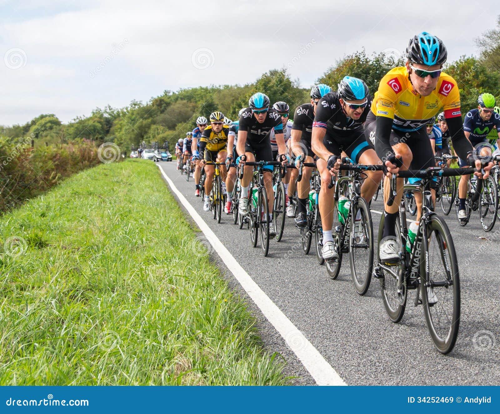 HONITON, REGNO UNITO - 20 SETTEMBRE: Bradley Wiggins indossa la maglia gialla di IG come capo corrente di giro, nel pacchetto dell