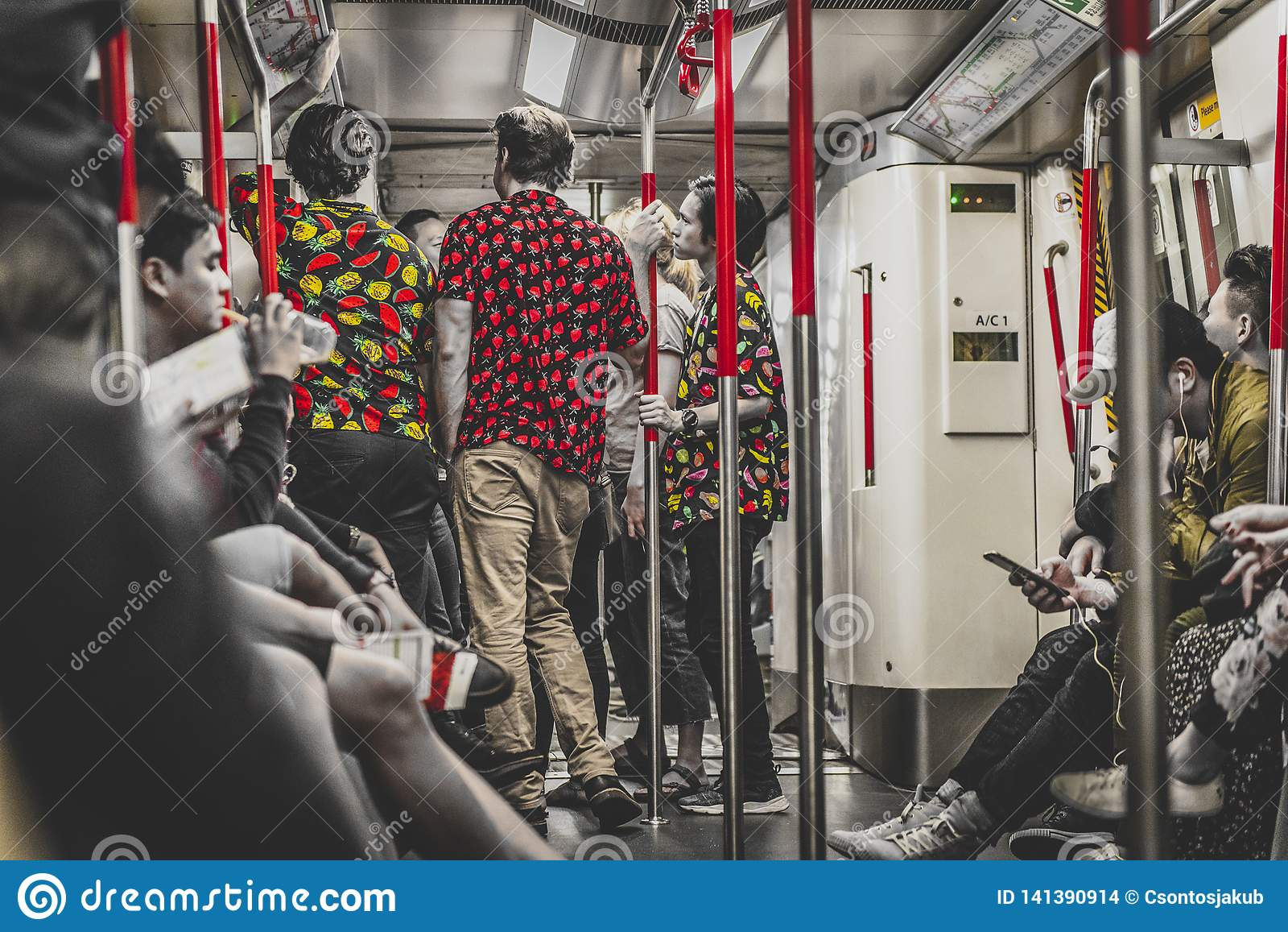 Honk Kong, Listopad 2018 - ludzie w metrze