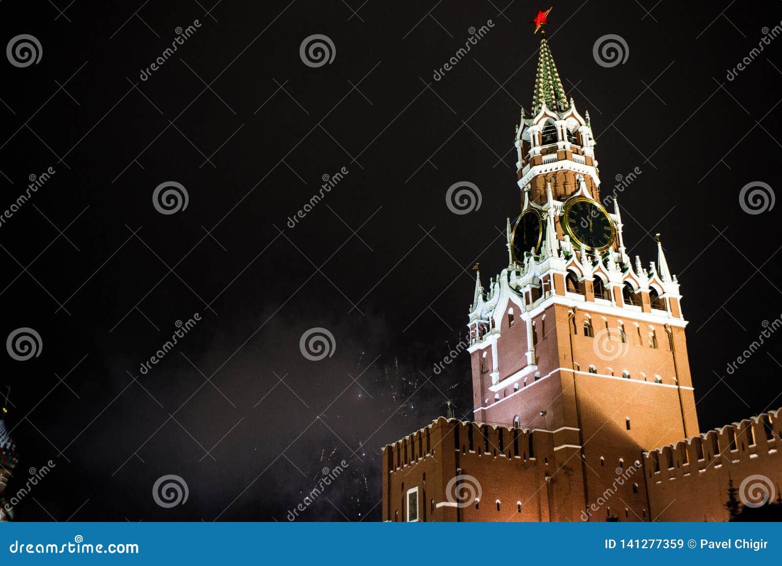 Honnör i heder av det nya året 2019 på den röda fyrkanten mot Kreml, Spasskaya torn