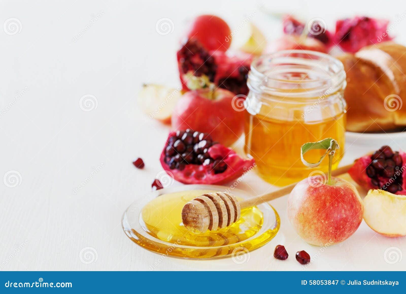 Honung-, äpple-, granatäpple- och brödhala, tabelluppsättning med traditionell mat för judisk ferie för nytt år, Rosh Hashana