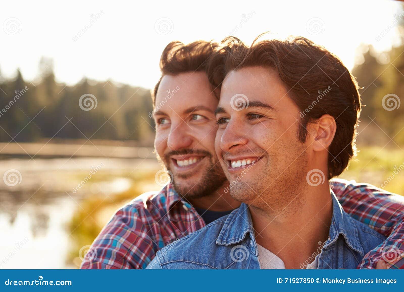 Hoofd en Schouders van Romantisch Mannelijk Vrolijk Paar wordt geschoten dat
