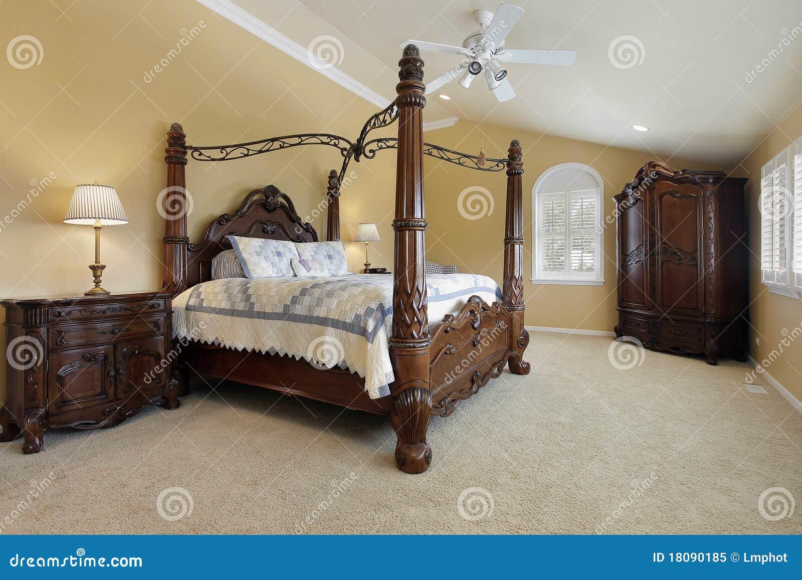 hoofd slaapkamer in luxehuis met gouden muren