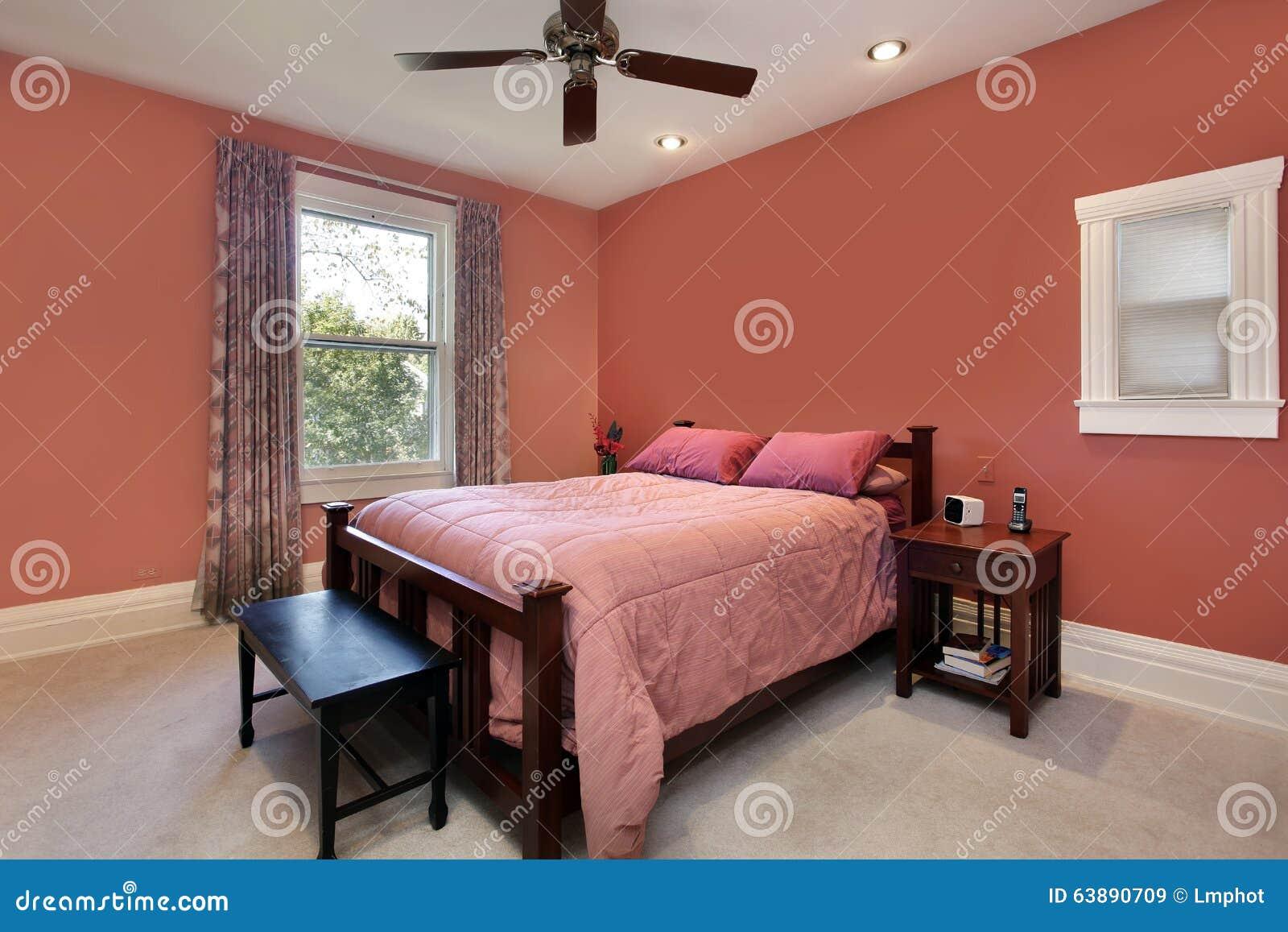 Hoofd slaapkamer met perzik gekleurde muren royalty vrije stock ...