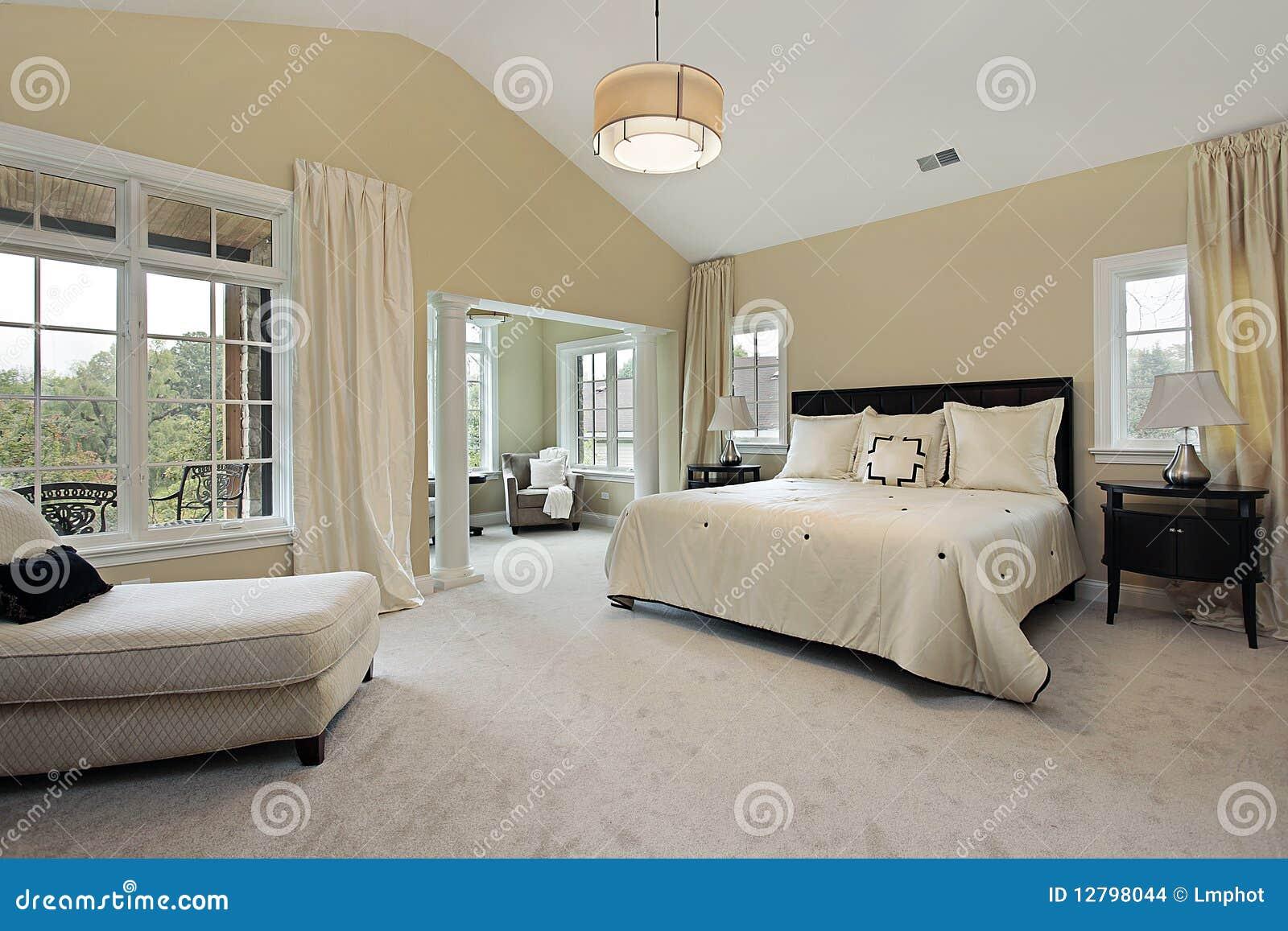 Slaapkamer In Woonkamer : Hoofd slaapkamer met woonkamer stock foto afbeelding bestaande