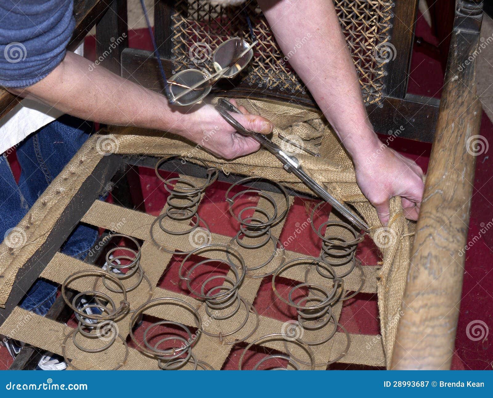 Hoofd stoffeerder die antieke stoel herstellen stock afbeelding