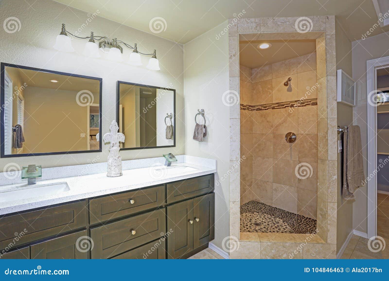 Hoofdbadkamersontwerp met dubbele ijdelheid en walk in douche